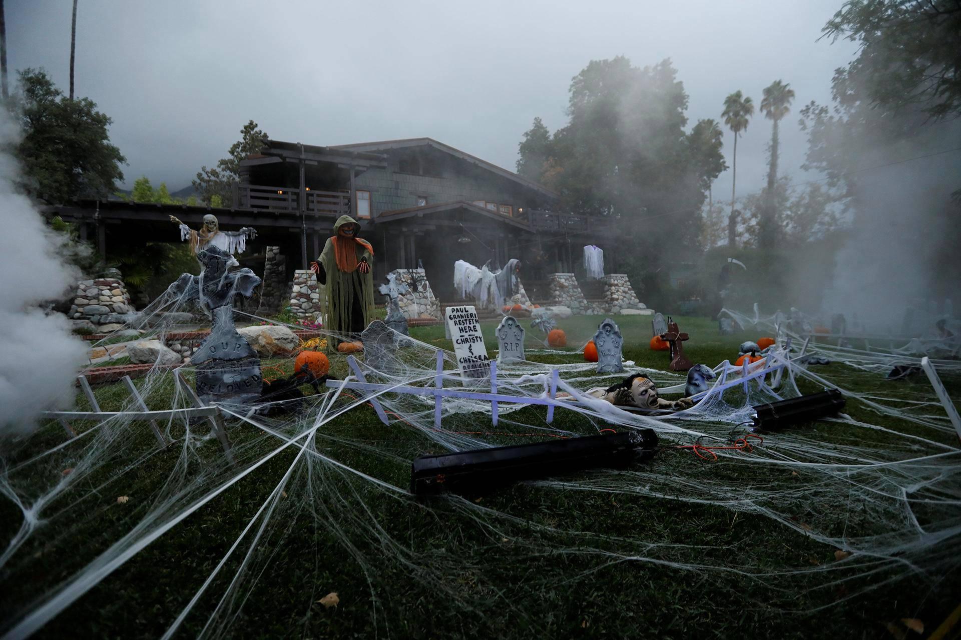 Talon piha oli koristeltu halloweenia varten Sierra Madressa Kaliforniassa.
