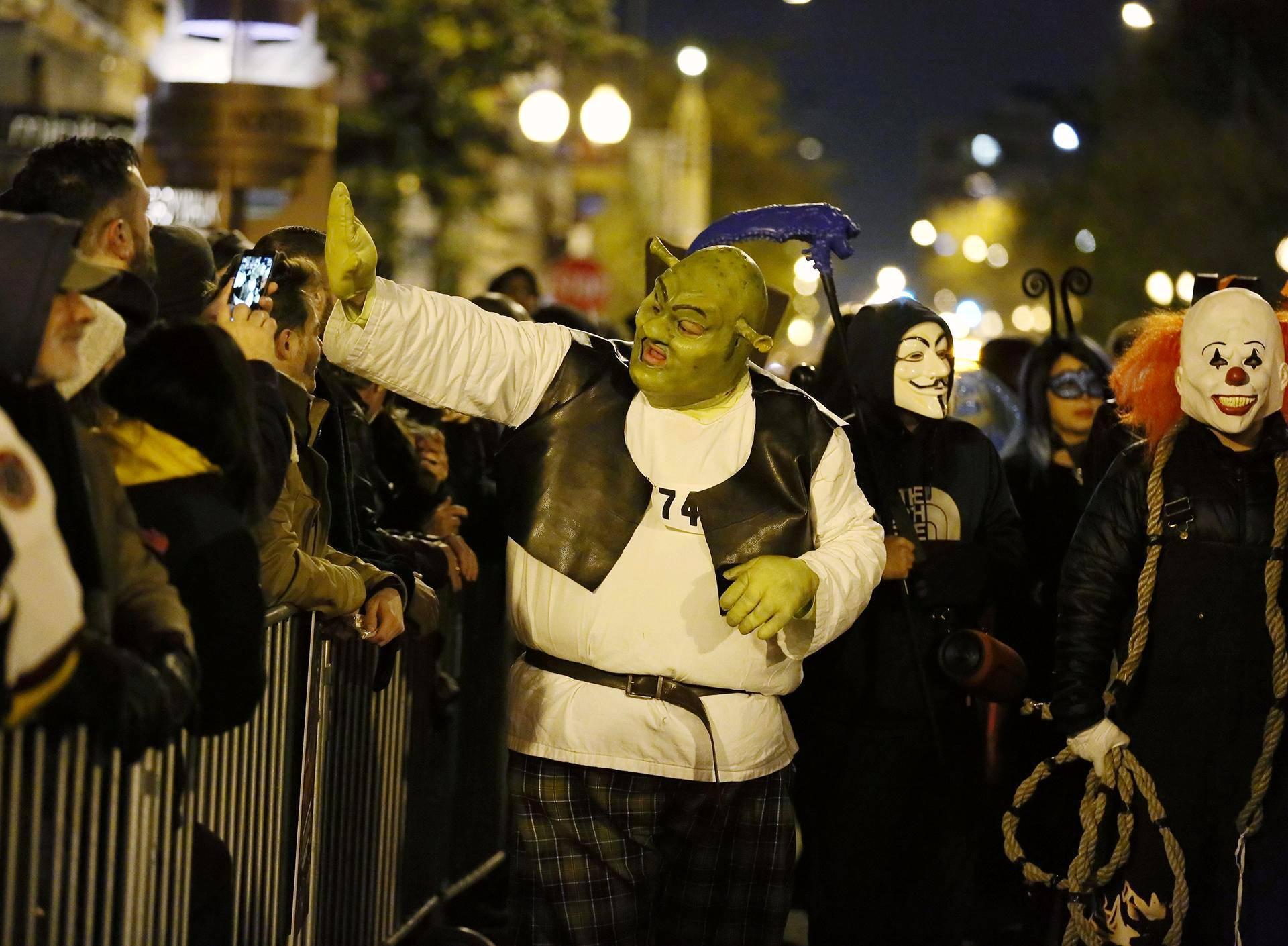 Chicagon halloween-paraatissa kulki muun muassa Shrekiksi pukeutunut osallistuja.