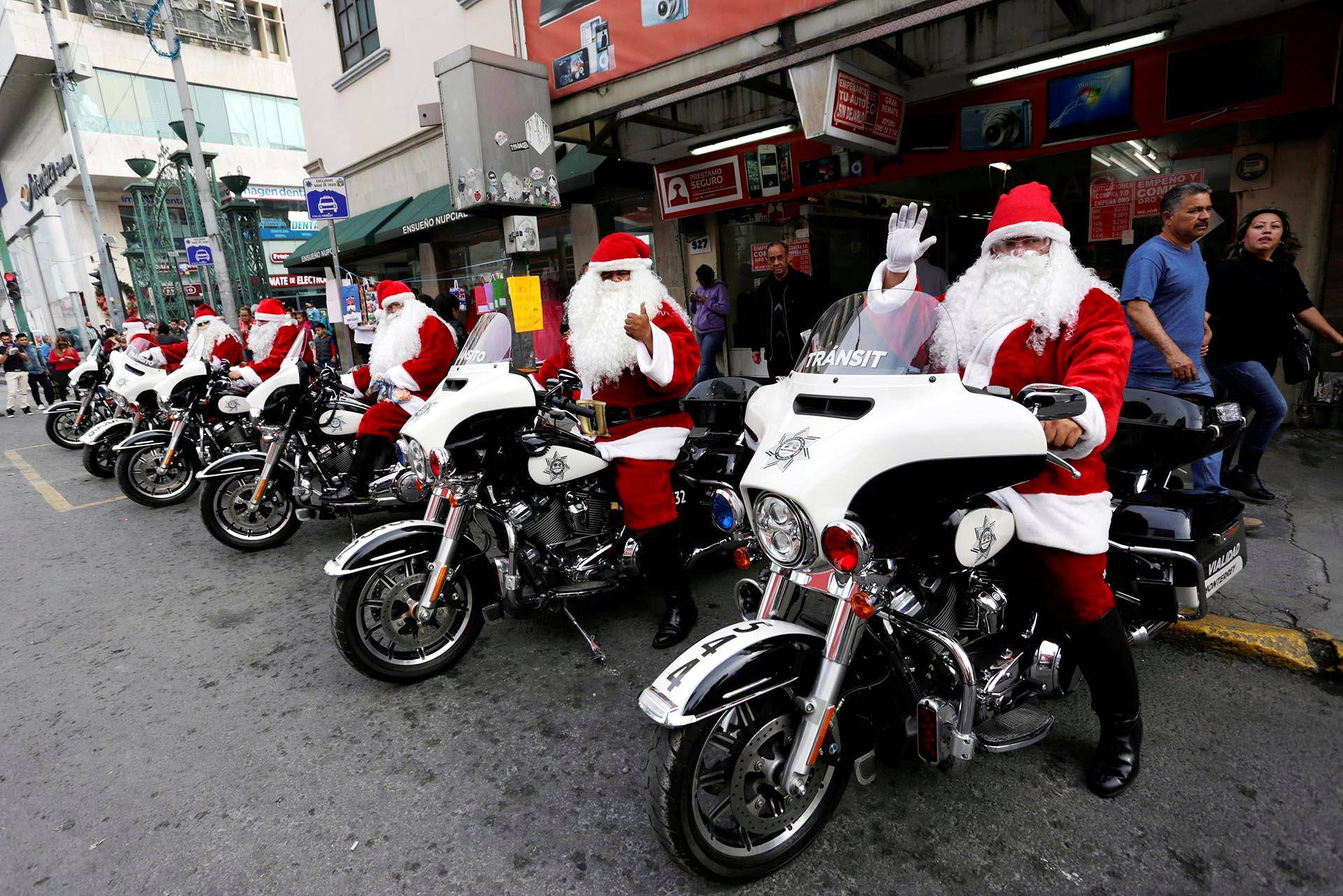 Joulupukit partioivat moottoripyöräpoliiseina Meksikon Monterreyssa.