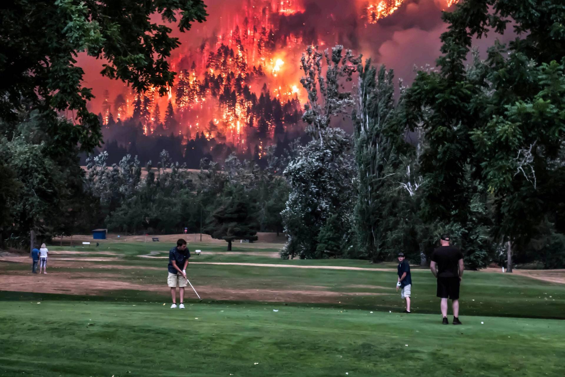 Golffarit jatkavat kierrostaan North Bonnevillessä Washingtonin osavaltiossa maanantaina, vaikka läheisellä Eagle Creekin alueella riehuu metsäpalo.