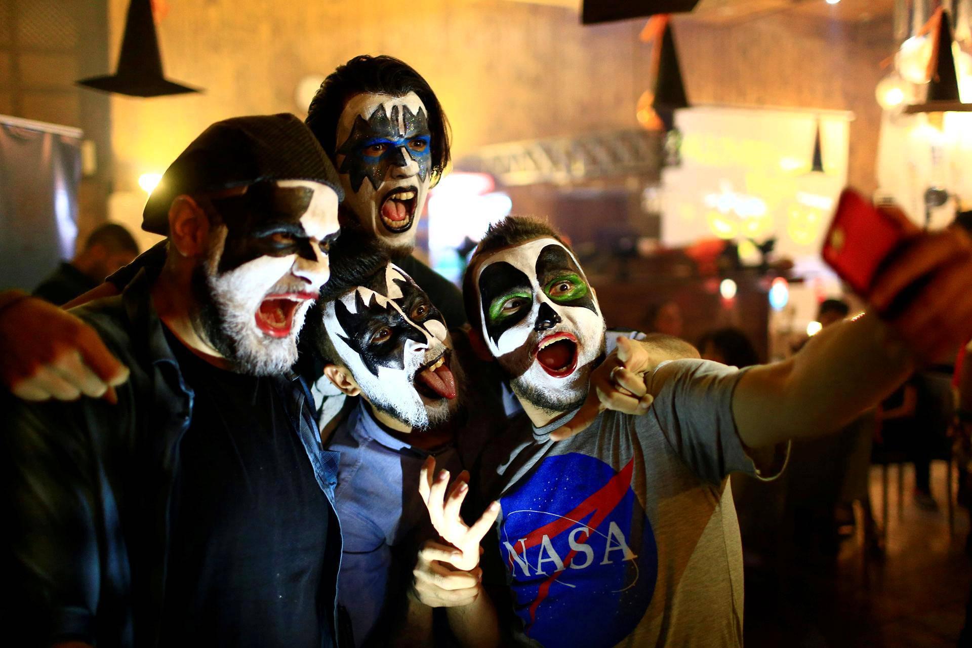 Kiss-yhtyeeksi pukeutunut porukka otti selfieitä Al Faisaliah -kahvilassa Bagdadissa.