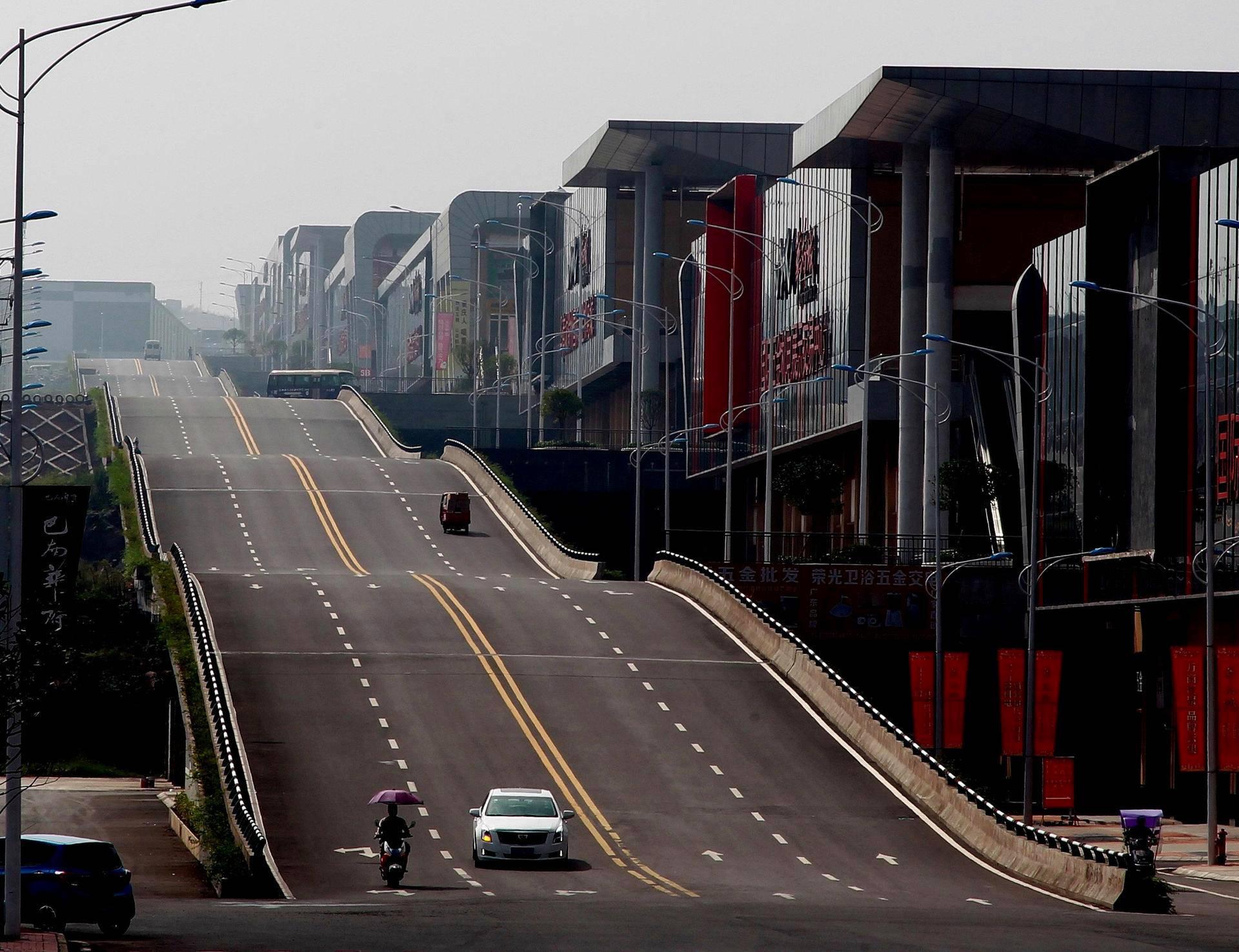 Kiinalaisessa Chongqingin kaupungissa on aaltoileva ramppi.