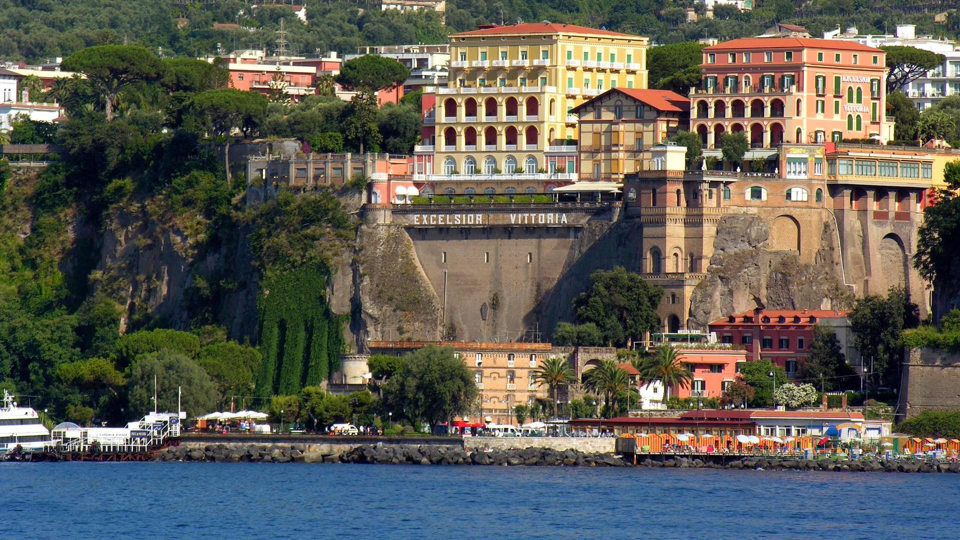 Sorrentoon pääsee mukavimmin vesibussilla Caprilta, Amalfista tai Napolista. Excelsior Vittoria -hotellin terassilta on upeat maisemat.
