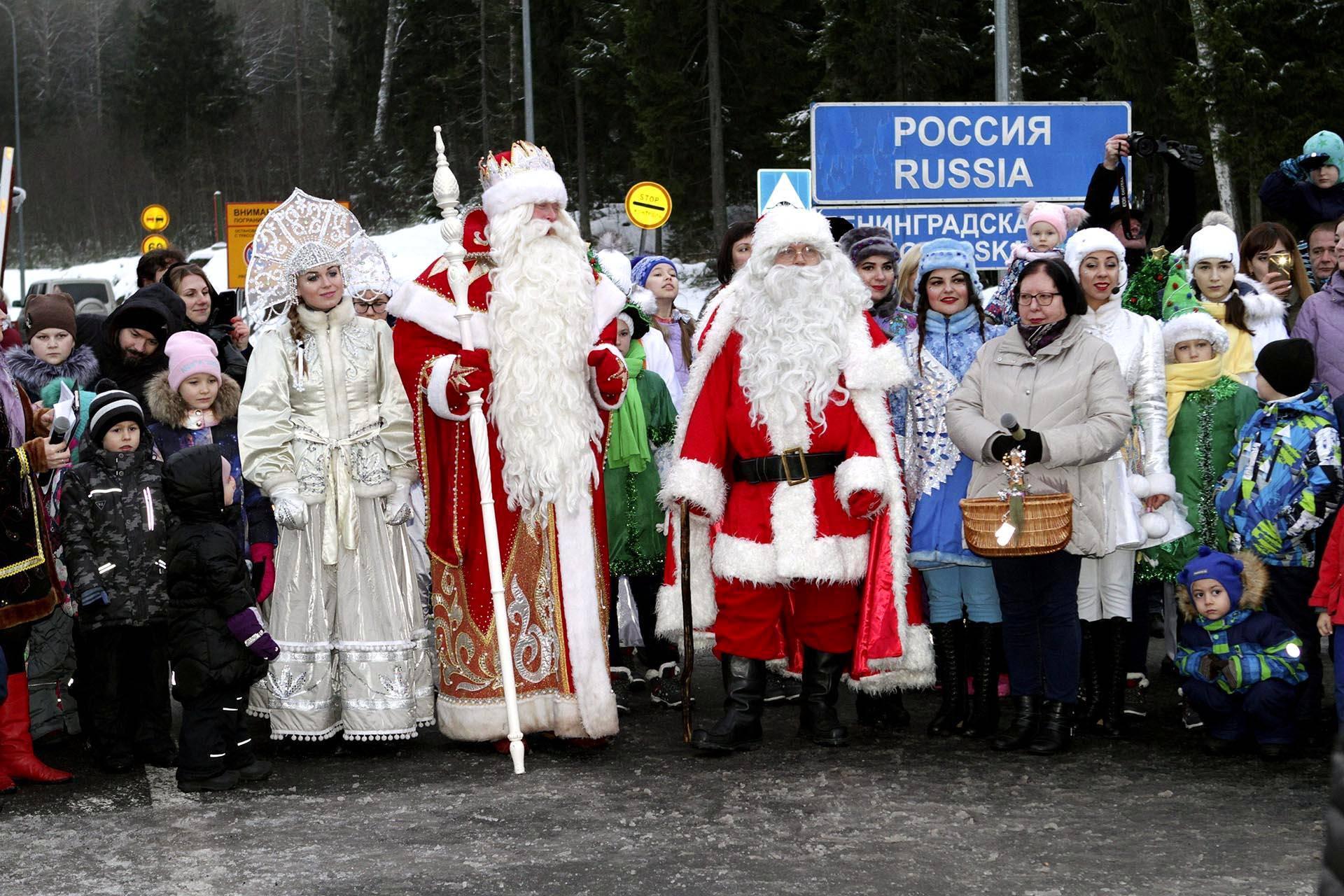Suomalainen joulupukki tapasi venäläisen kollegansa, pakkasukon Nuijamaan raja-asemalla.