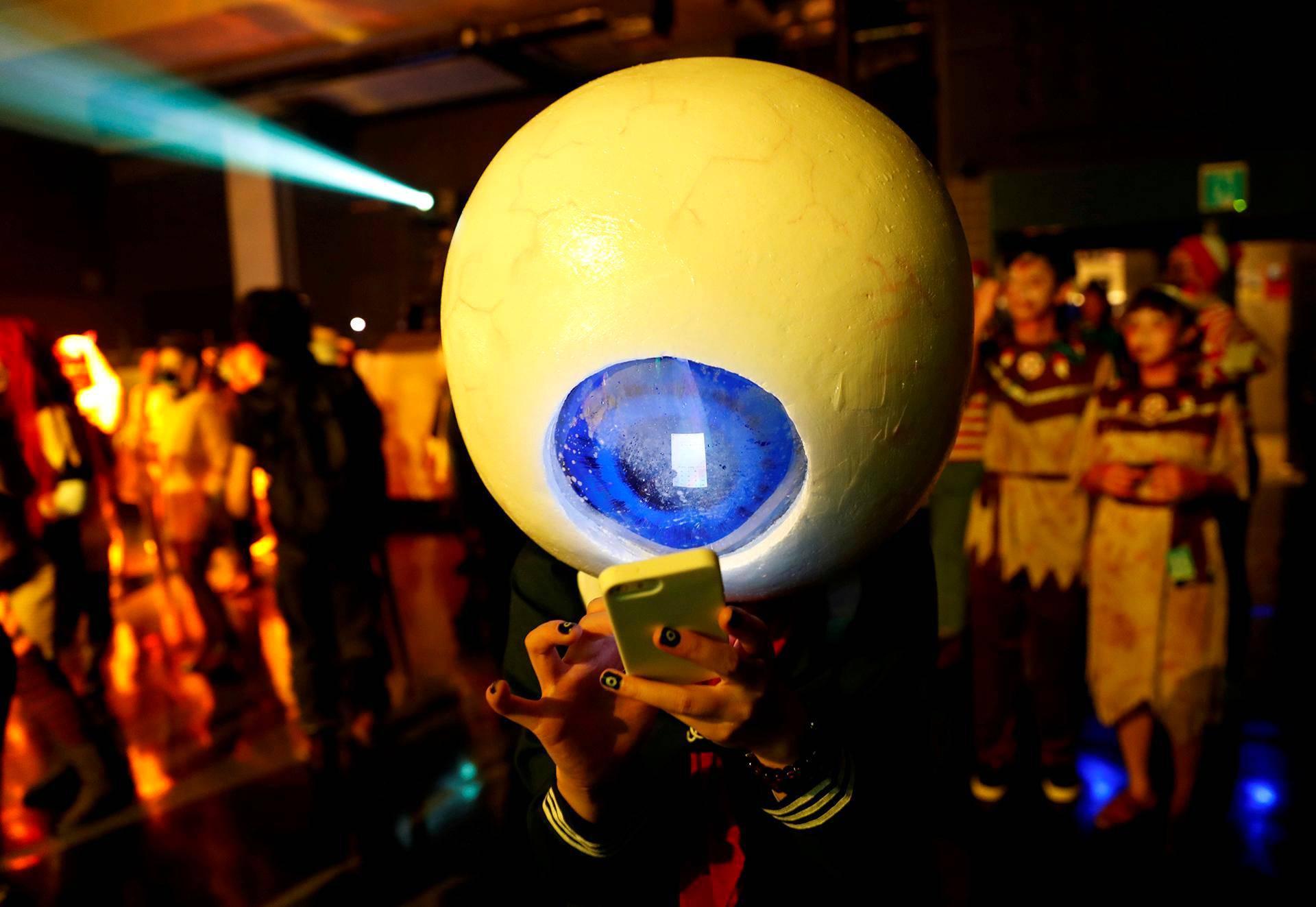 Juhlija käytti puhelintaan halloween-tapahtumassa Kawasakissa Japanissa.