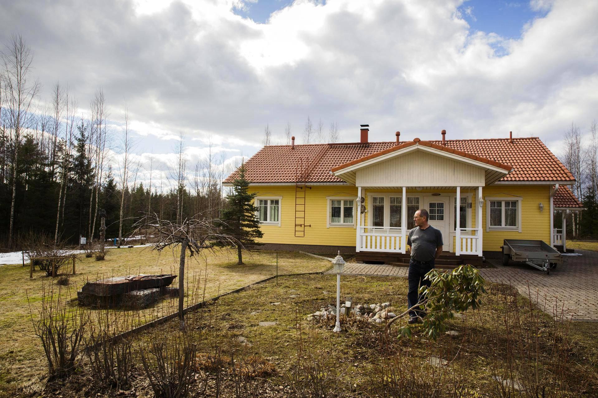 Etupihan kukkamaa muistuttaa Kari Valtosta entisestä avovaimosta. Ollessaan kotona Joutsan pohjoispuolella sijaitsevassa talossaan Valtonen viihtyy eniten pihalla puutöissä.