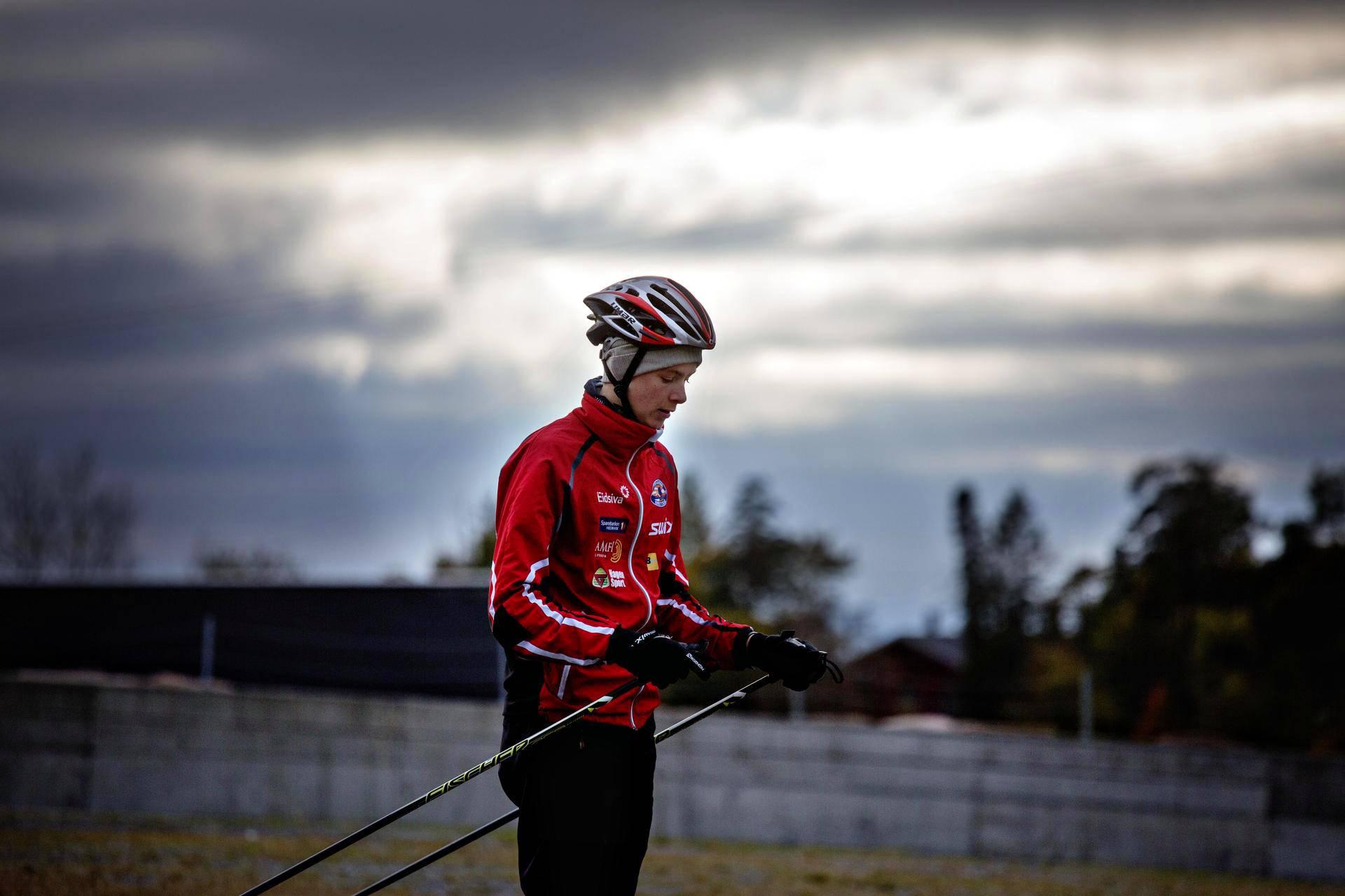 Tosissaan treenaava Audun Nordaas, 14, hiihti rullasuksilla Holmenkollenilla perjataina. Hän tuomitsee kaiken dopingin Norjan hiihdossa.