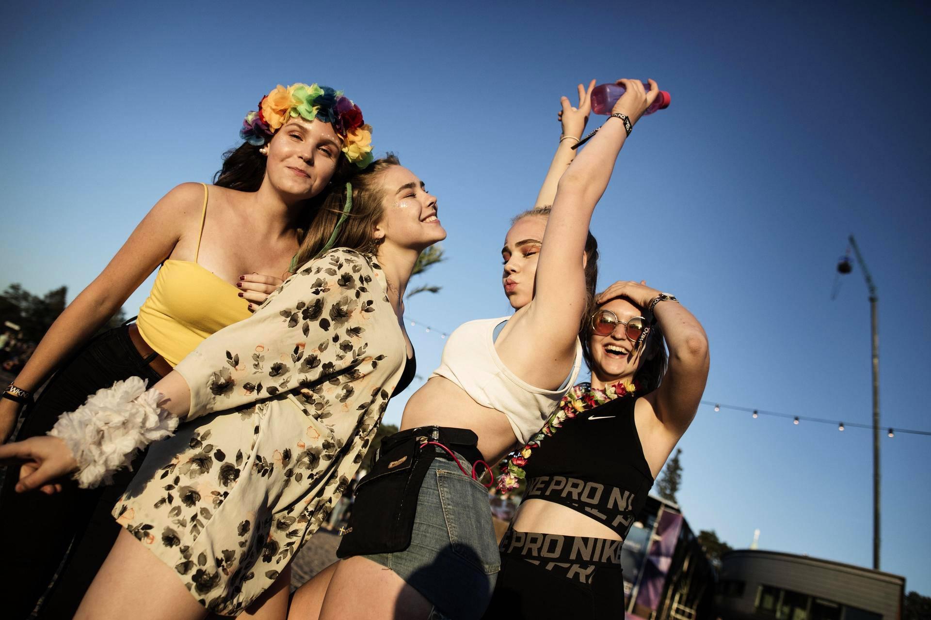 Milja, Peppi, Tarina ja Venla nauttivat kolmipäiväisen Weekend Festivalin sunnuntai-illasta.