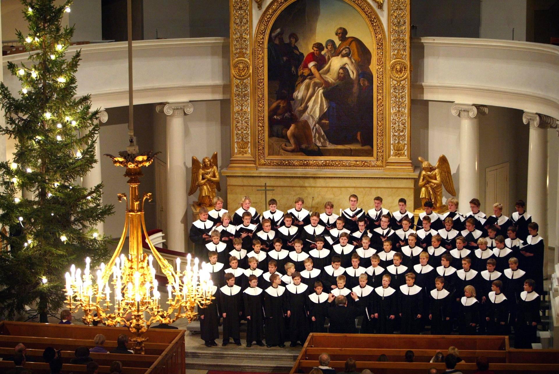 Poikakuoro Cantores Minores konsertoi jouluisissa tunnelmissa Tuomiokirkossa 2002.