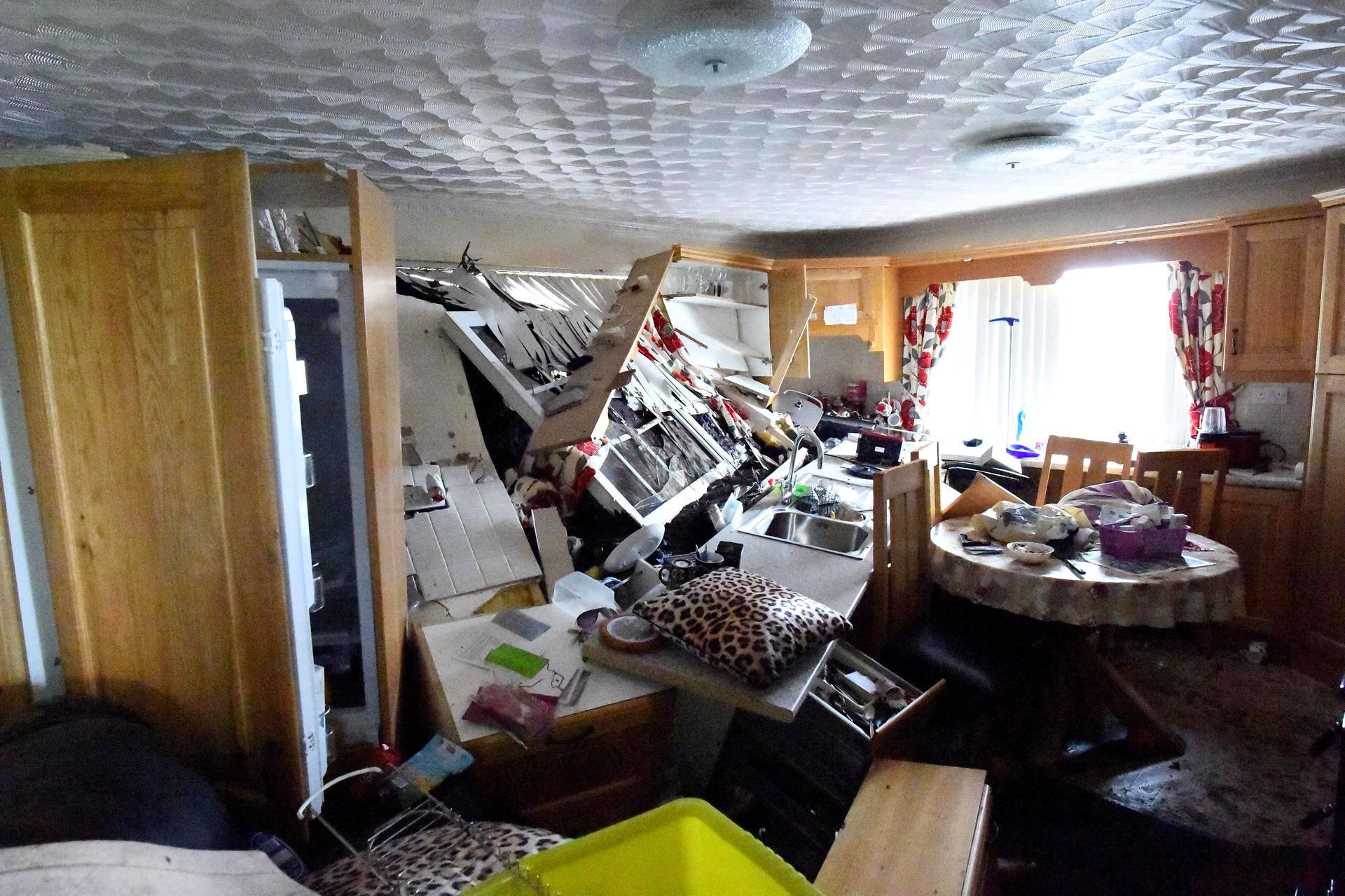 Bernie Kearneyn keittiö tuhoutui vuolaiden sateiden aiheuttaman maanvyöryn seurauksena kivenjärkäleen ja Kearneyn oman auton työnnyttyä hänen kotinsa seinän läpi Urrisin laaksossa, Irlannissa.