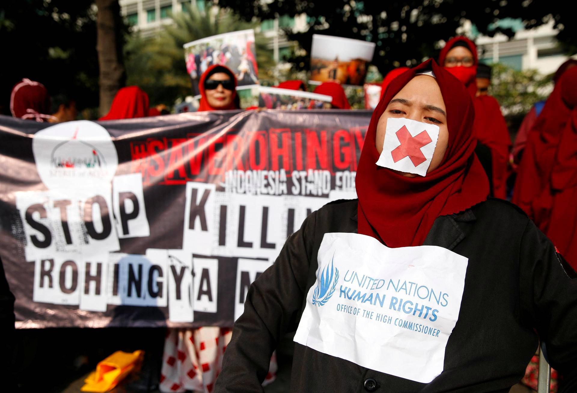 Naisia marssimassa rohingya-muslimeja tukevassa mielenosoituksessa Indonesian pääkaupunki Jakartassa sunnuntaina.