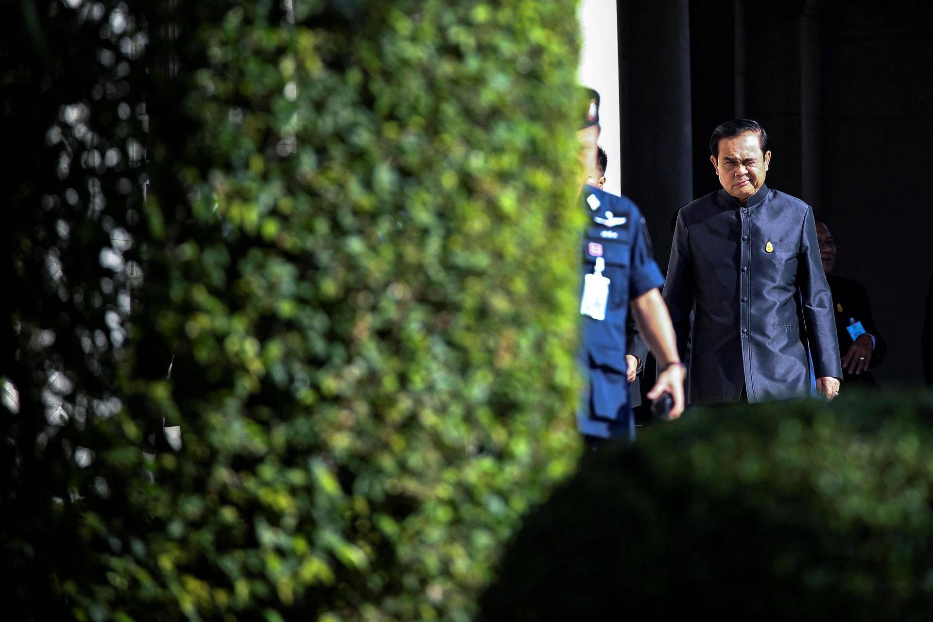 Thaimaan pääministeri Prayuth Chan-ocha matkalla hallituksen kokoukseen tiistaina Bankokissa.