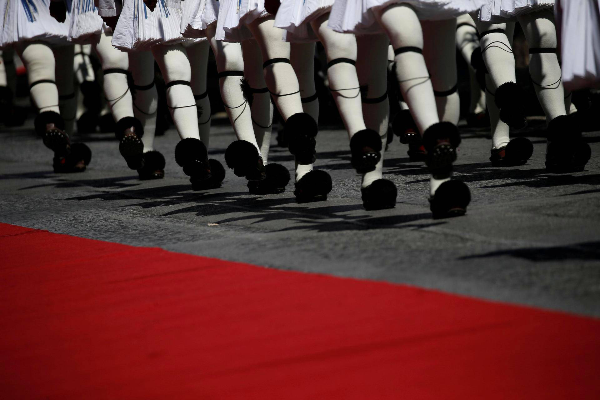 Kreikan presidentin kaarti marssii näyttävästi torstaina Ateenassa, kun kaupungissa järjestettiin tervetuliaisparaati Ranskan presidentti Emmanuel Macronin kunniaksi.