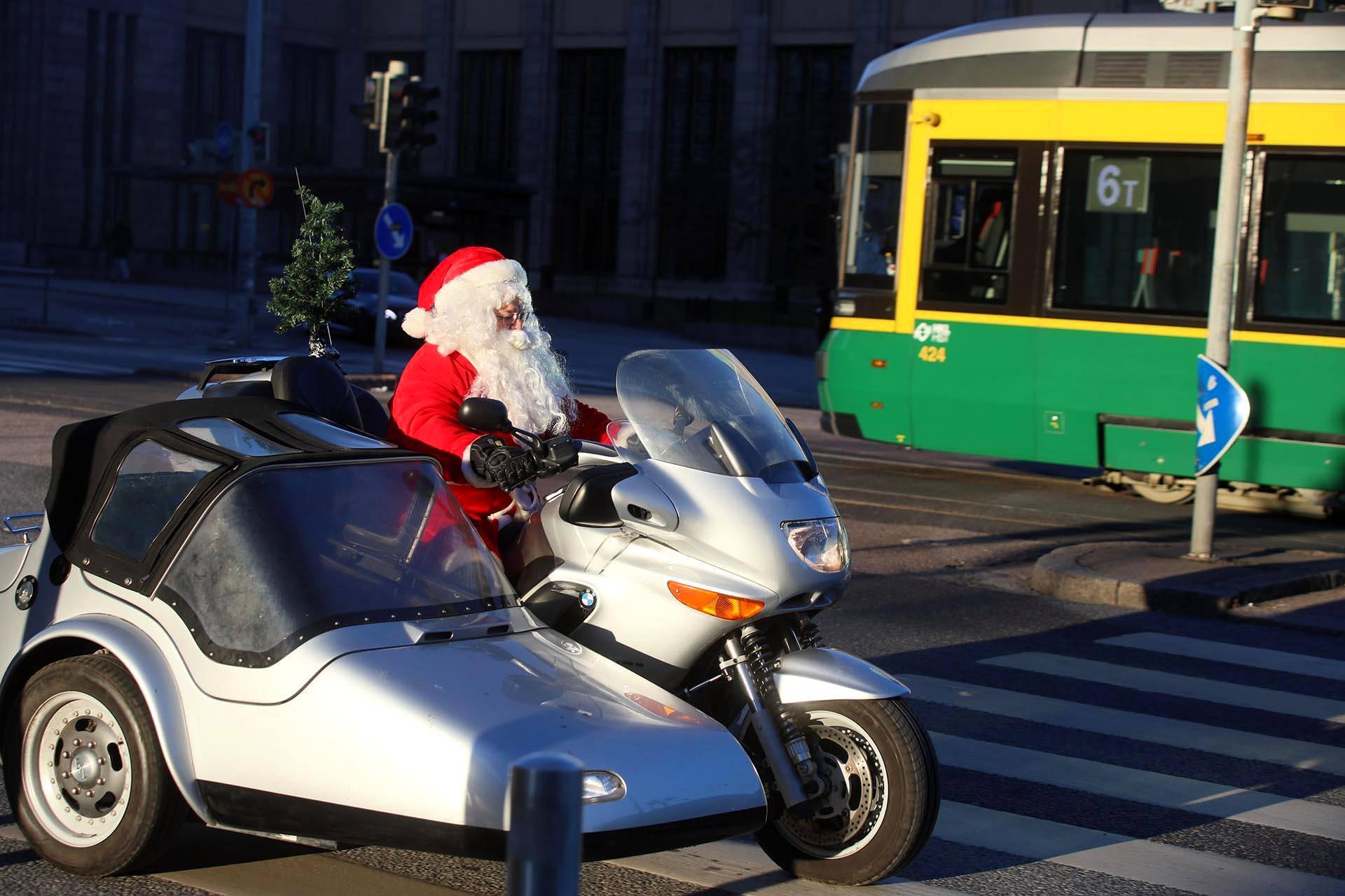Helsinkiläinen joulupukki ajeli sivuvaunumoottoripyörällä Helsingin keskustassa aattona puolenpäivän aikoihin.