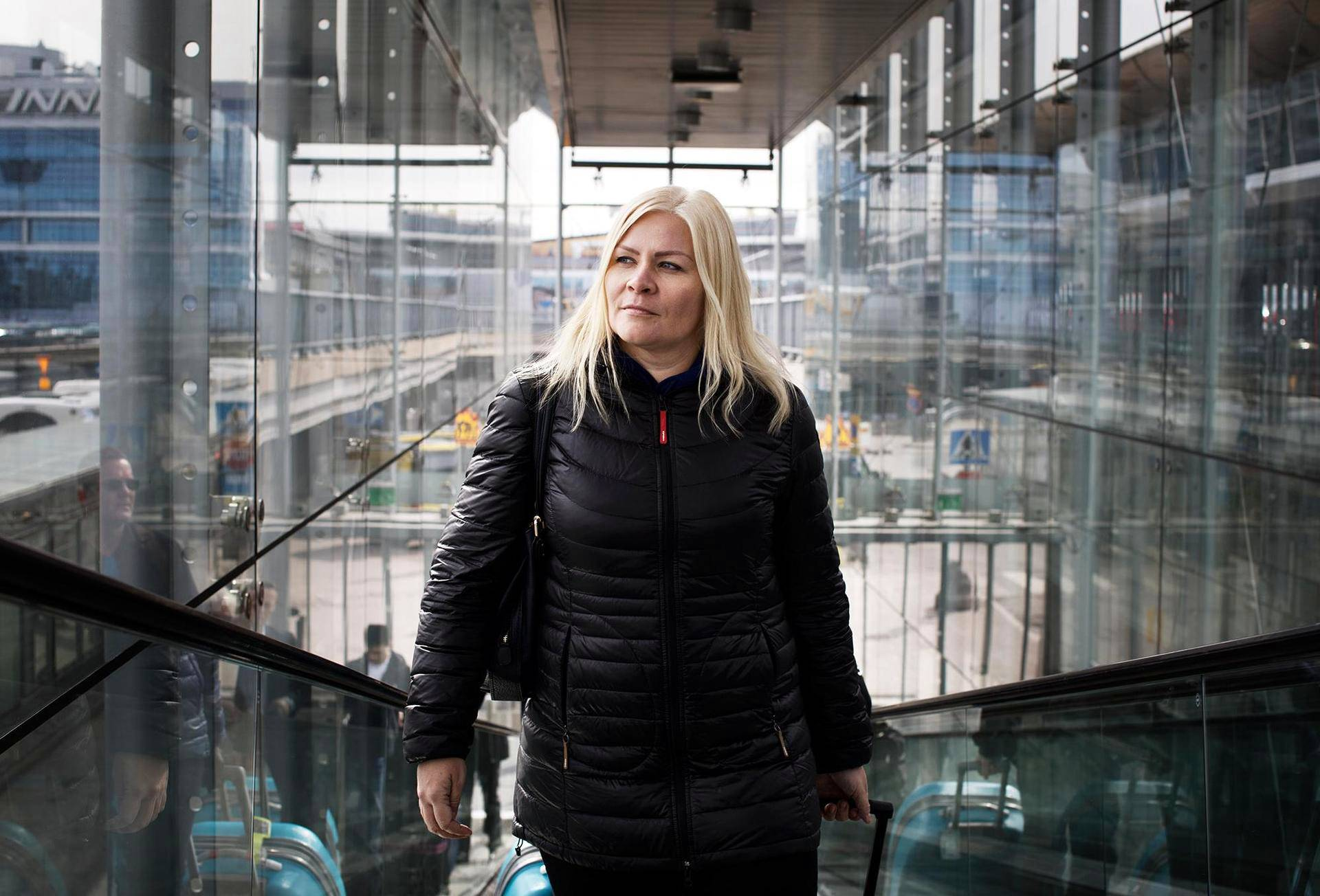 Tiina Jauhiainen kuvattiin Helsinki-Vantaan lentoasemalla matkalla Lontooseen.