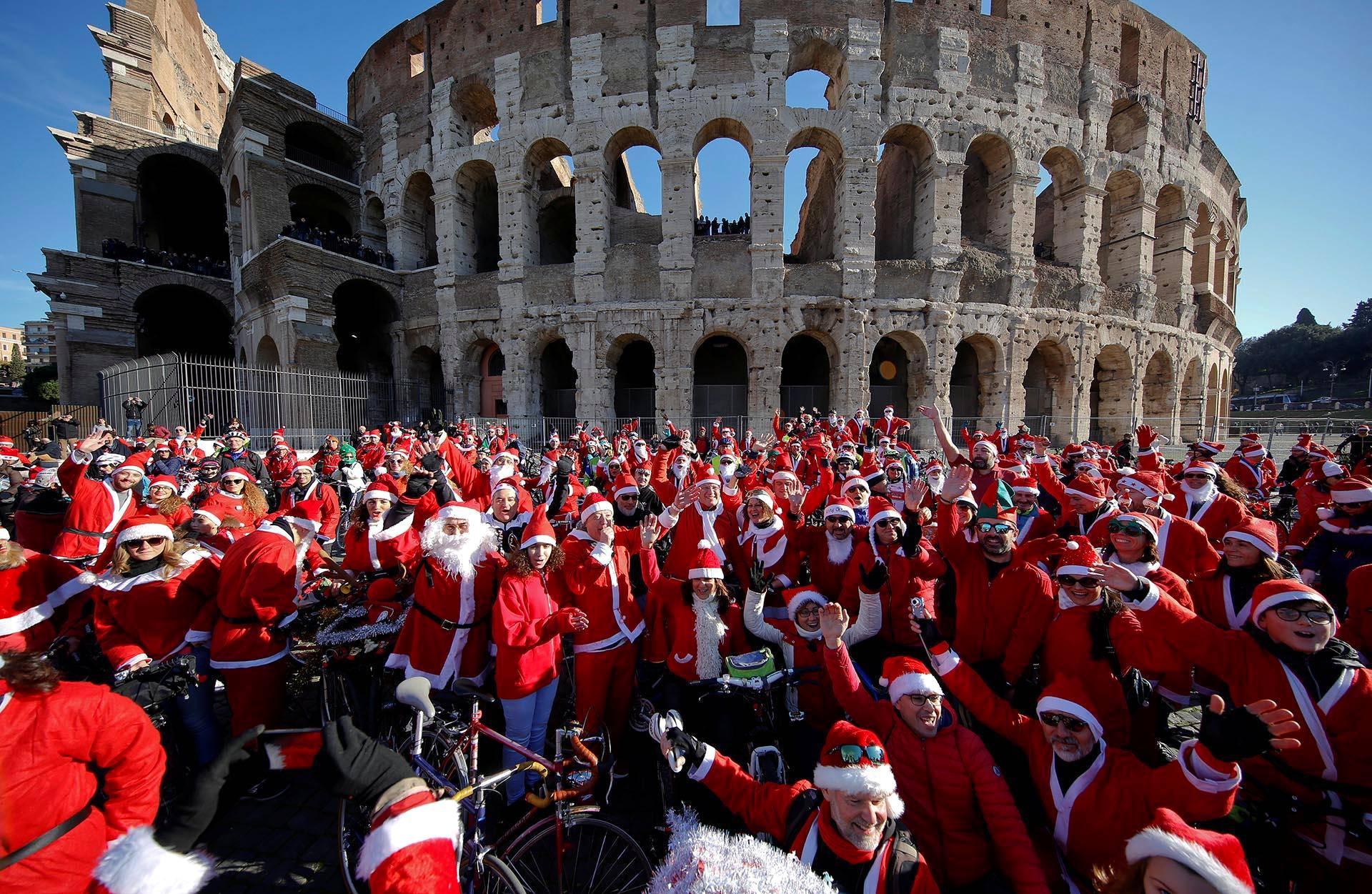 Polkupyöräilevät pukit ja tontut kokoontuivat Roomassa Colosseumin kupeelle.