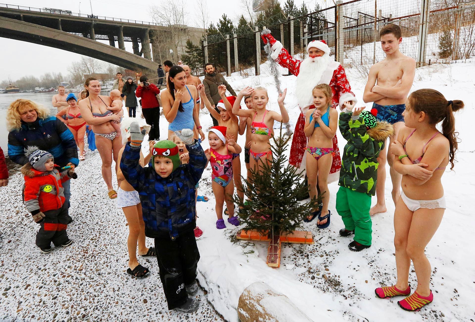 Joulupukki kävi tervehtimässä avantouimareita Jenisei-joen varrella siperialaisessa Krasnojarskissa.