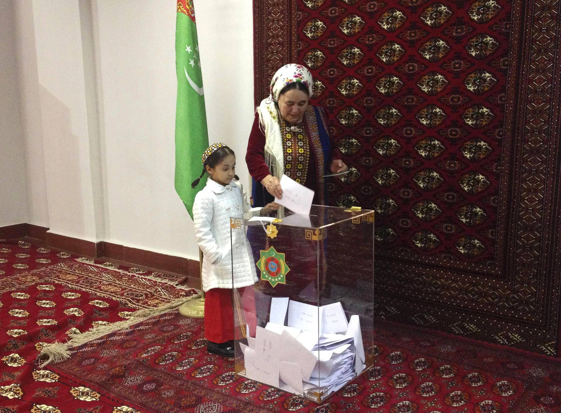 Tyttö seurasi äitinsä äänestämistä presidentinvaaleissa Ashgabatissa Turkmenistanissa.
