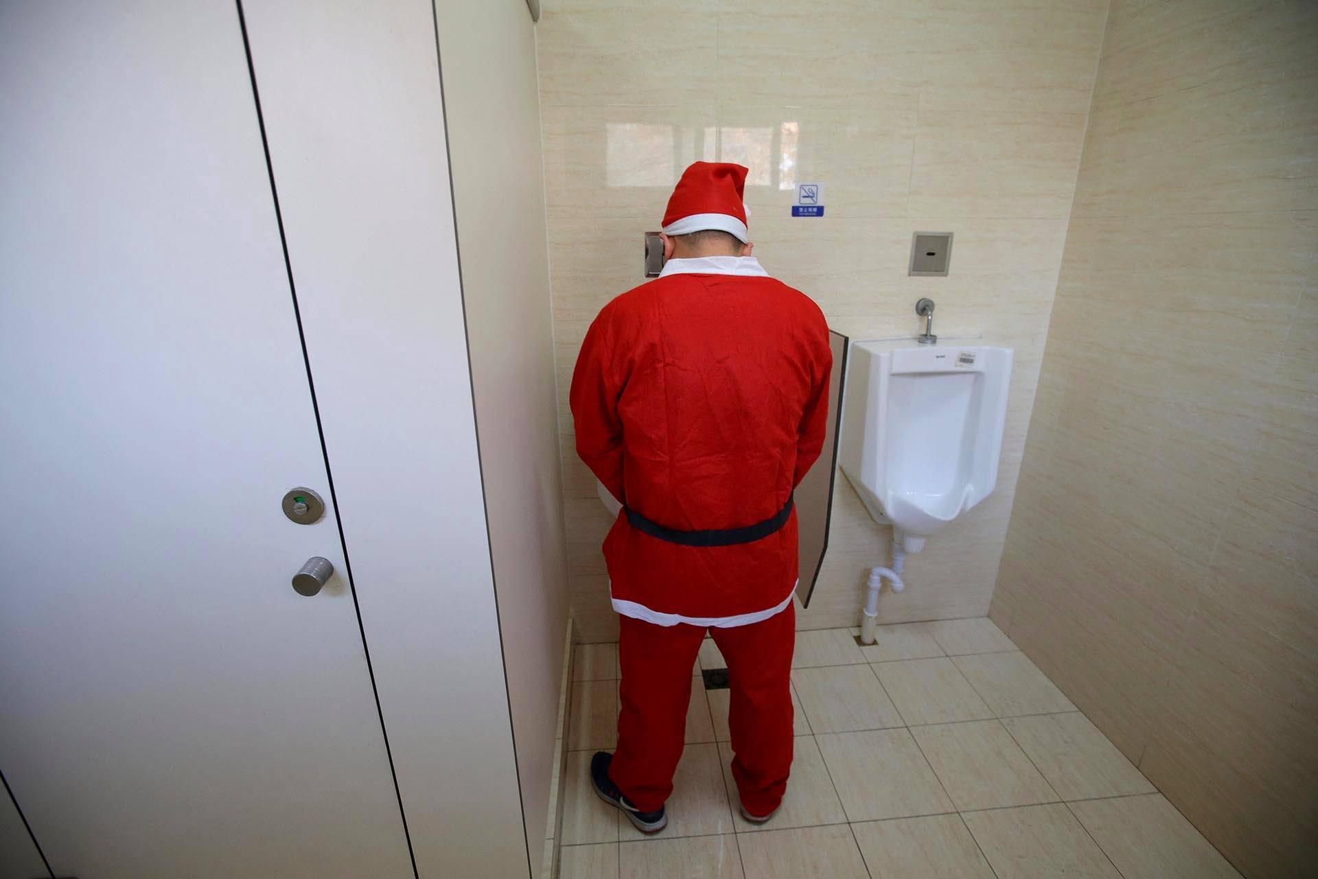 Joulupukkijuoksuun osallistunut kiinalaispukki kävi vessassa ennen juoksutapahtumaa Pekingissä.