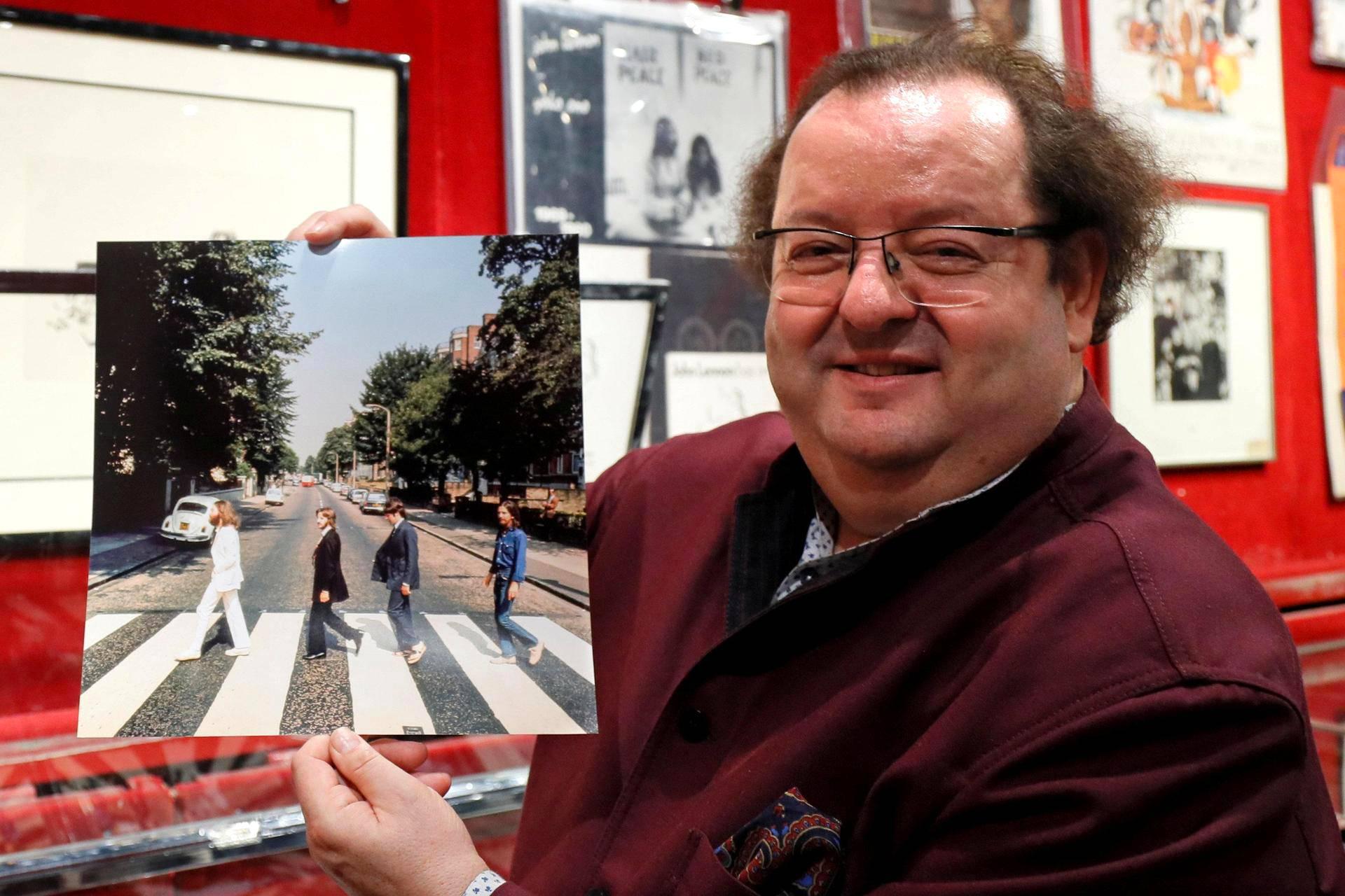 Beatles-keräilijä Jacques Volcouve esittelee yhtä viidestä hallussaan olevasta versiosta kuvista, jotka kuvattiin Beatlesin Abbey Road -albumin kantta varten. 15000 esineen Beatles-kokoelmaa huutokaupataan Pariisissa lauantaina.