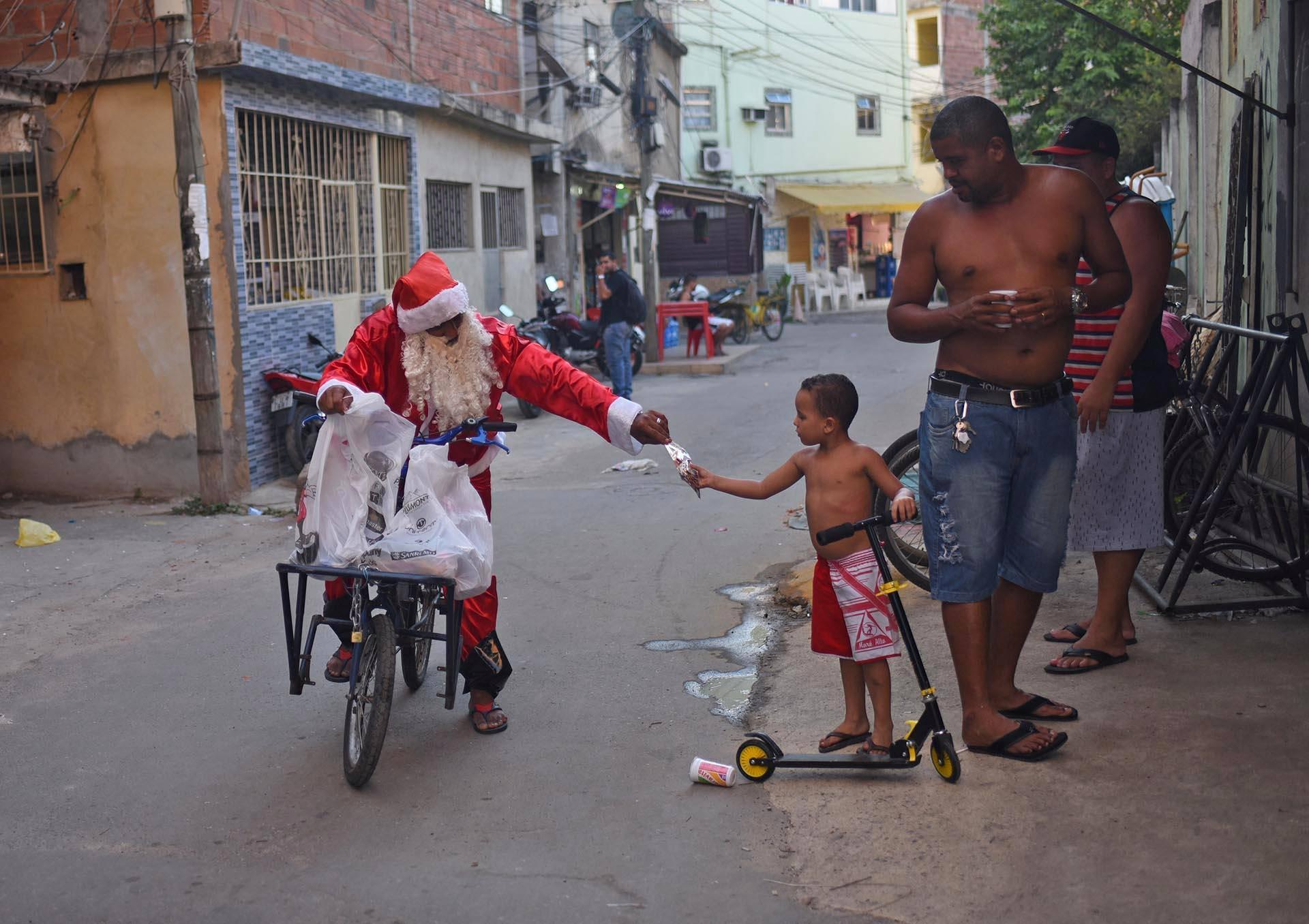 Joulupukki jakoi lahjoja lapsille Favela de Ramos -nimisessä slummissa Rio de Janeirossa Brasiliassa.