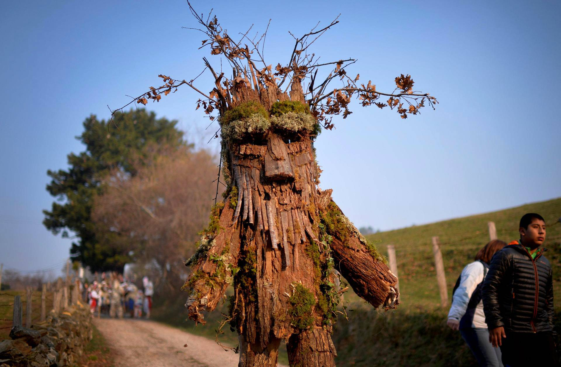 Mies oli pukeutunut puuksi La Vijanera -juhlassa Silossa Espanjassa. Juhla aloittaa Espanjan karnevaalikauden.