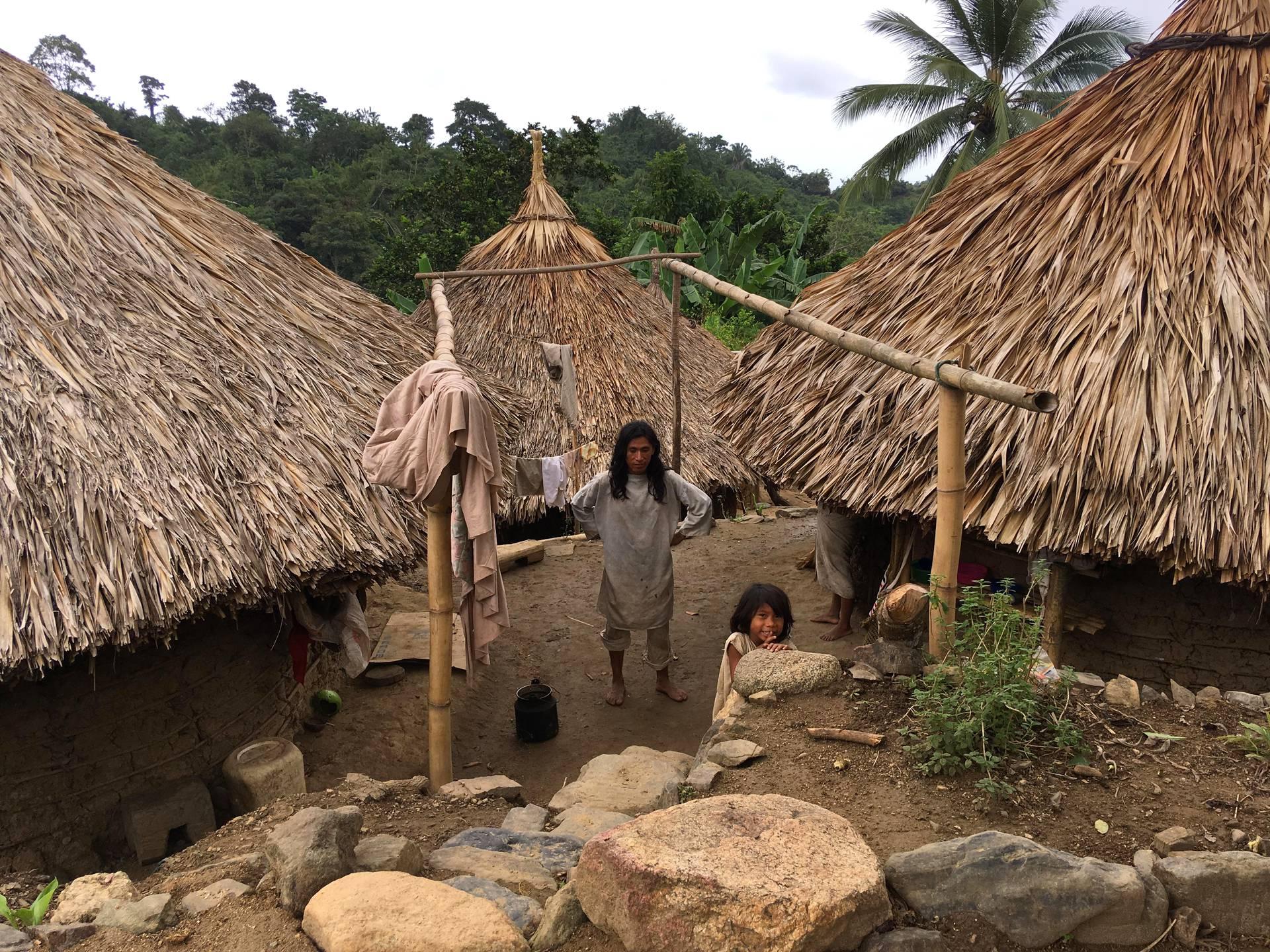 Kogeja asuu tässä kylässä noin 100. Kogien talot on tehty savesta ja palmunoksista.