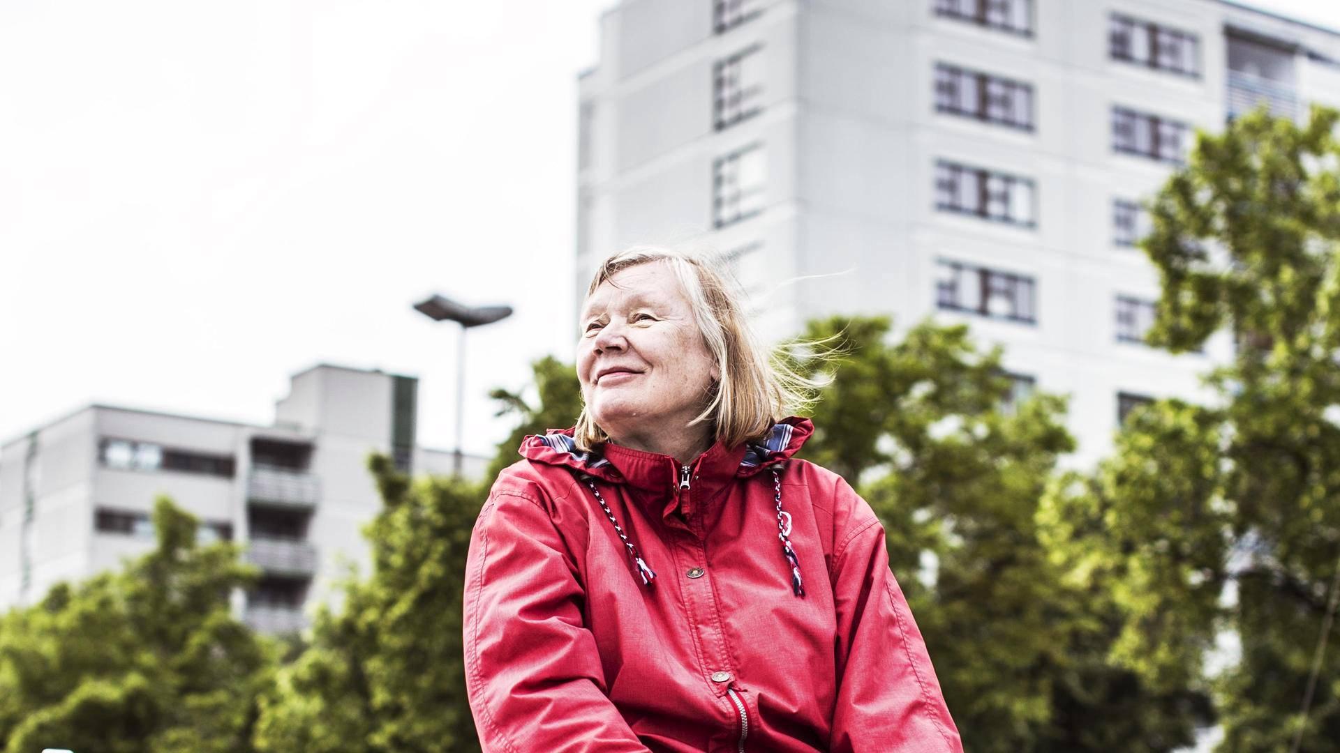 Koivistojen asunnosta näkyy suoraan Merihaan venesatamaan. Pariskunta tekee kesäisin veneretkiä Helsingin edustalla. Kuvassa Pirjo.