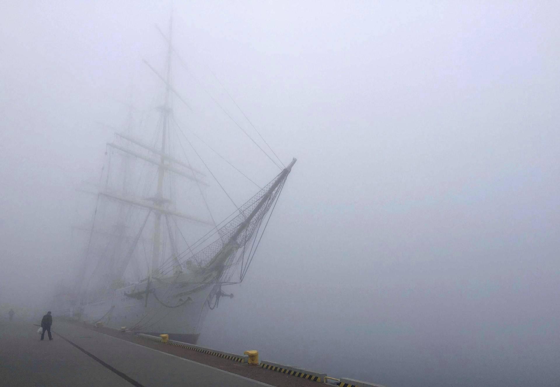 Museoaluksena toimiva purjealus Dar Pomorza näkyy sumun keskellä Gdynian satamassa Puolassa.