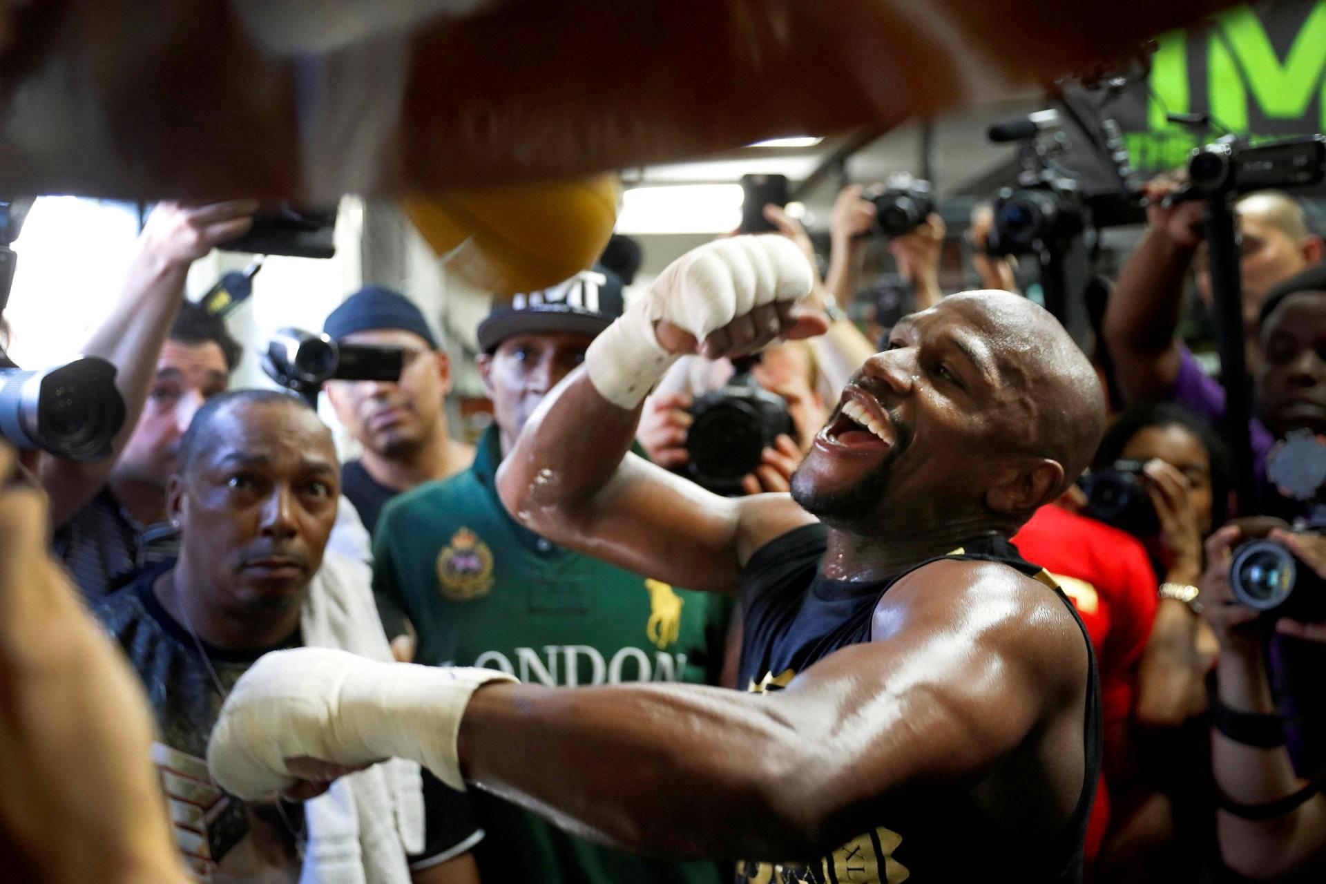 Floyd Mayweather Jr. löi nyrkkeilysäkkiä Mayweather -nyrkkeilysalilla Las Vegasissa.