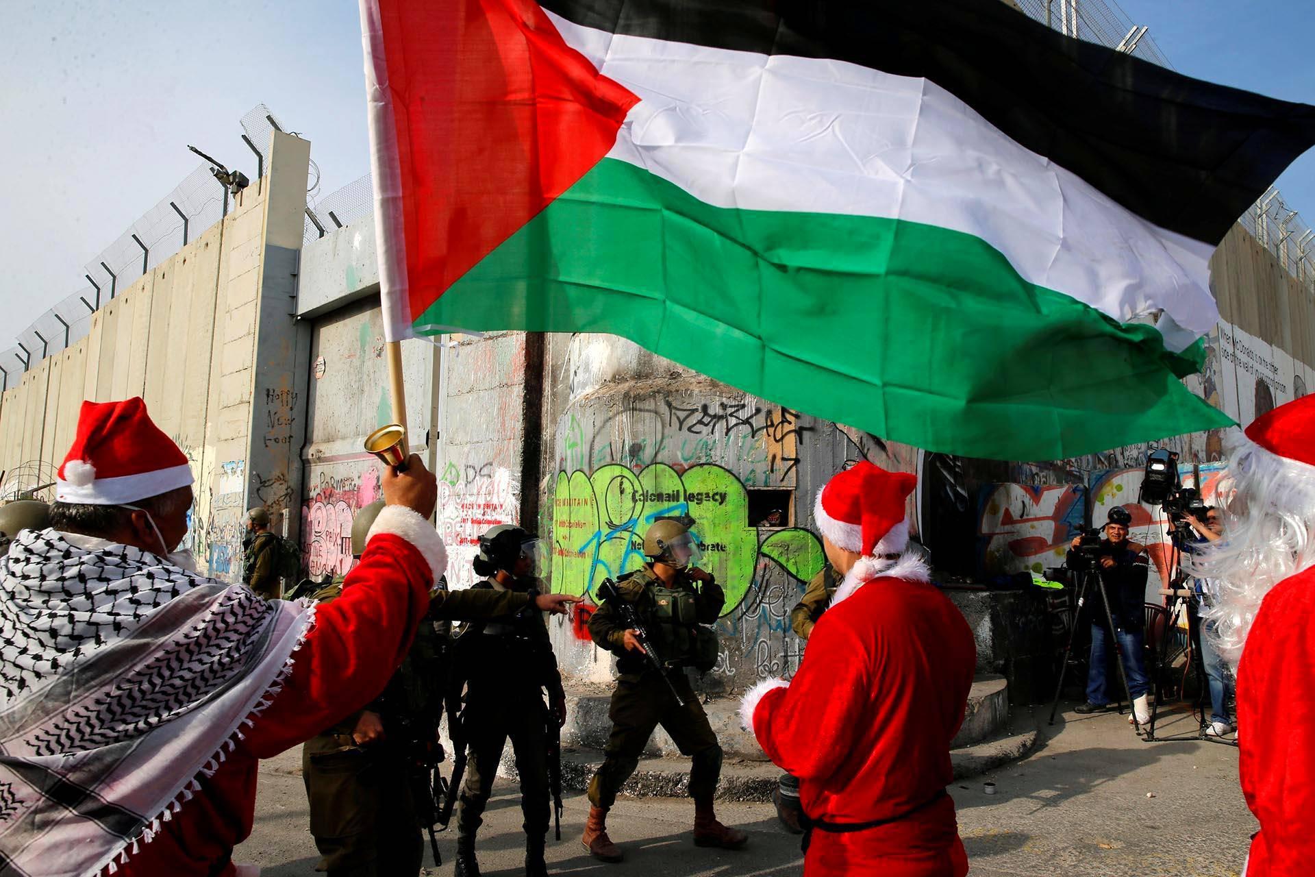 Joulupukit osallistuivat protestimarssille Länsirannan Beetlehemissä.