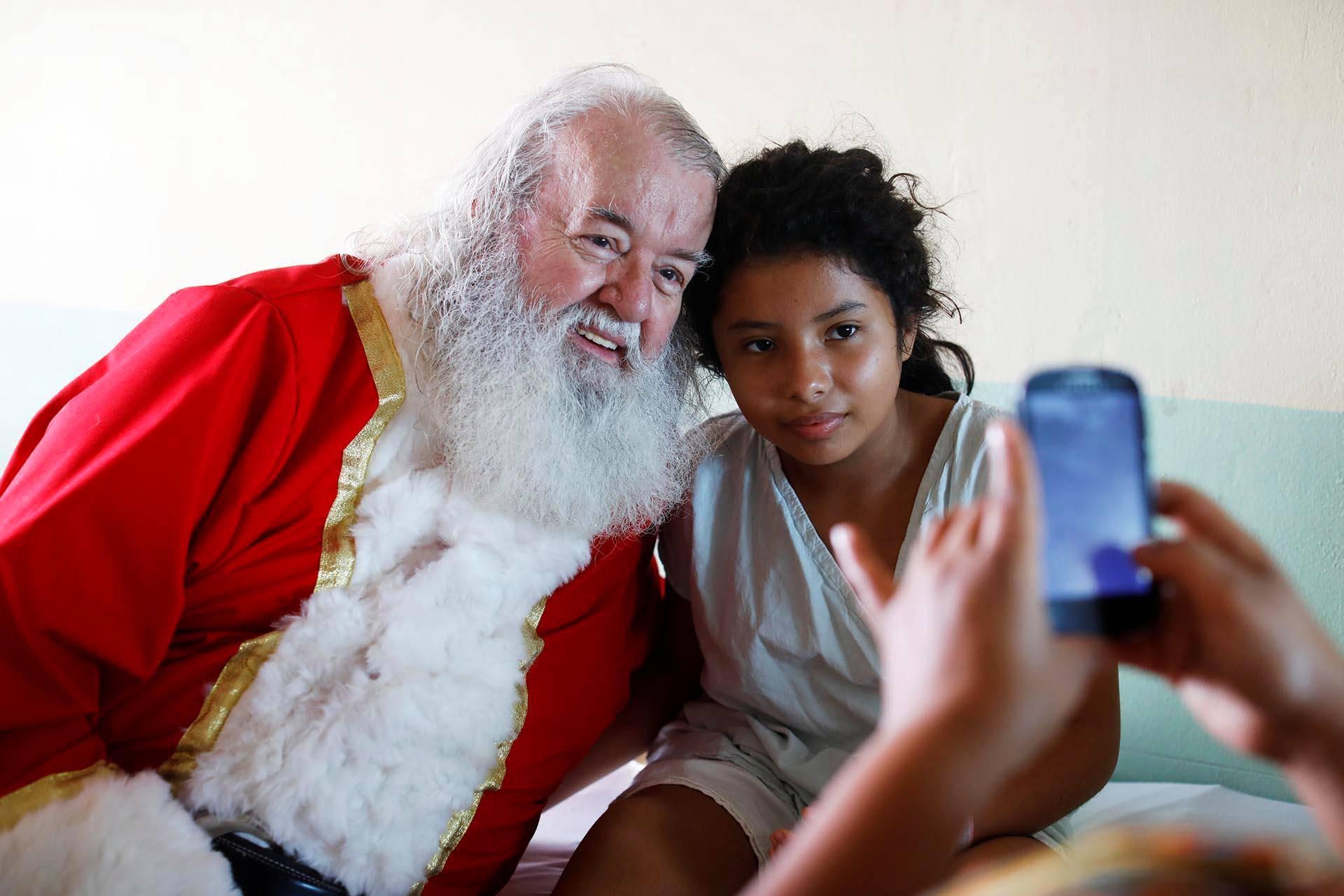 Joulupukkiasuinen islantilainen Einar Sveinsson toi iloa lapsipotilaille sairaalassa keskiamerikkalaisessa El Salvadorissa.