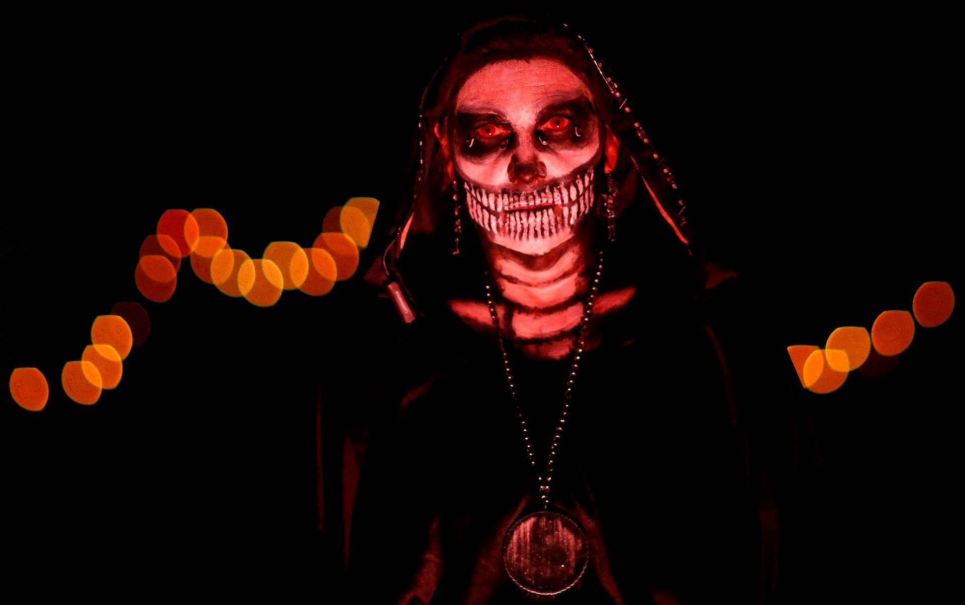 Meksikolaiseen kuolleiden päivän asuun pukeutunut halloween-juhlija Sierra Madressa Kaliforniassa.