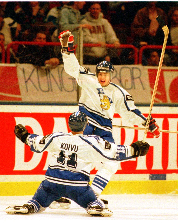 Ville Peltonen teki MM-finaalissa 1995 hattutempun. Saku Koivu onnittelee.