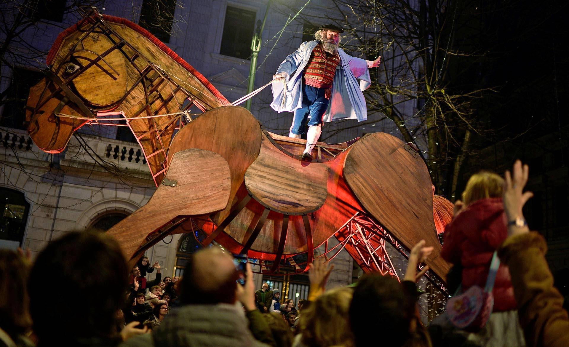 Olentzero on Baskimaan vastine joulupukille. Olentzero ratsasti puuhevosella joulukulkueessa Bilbaossa.