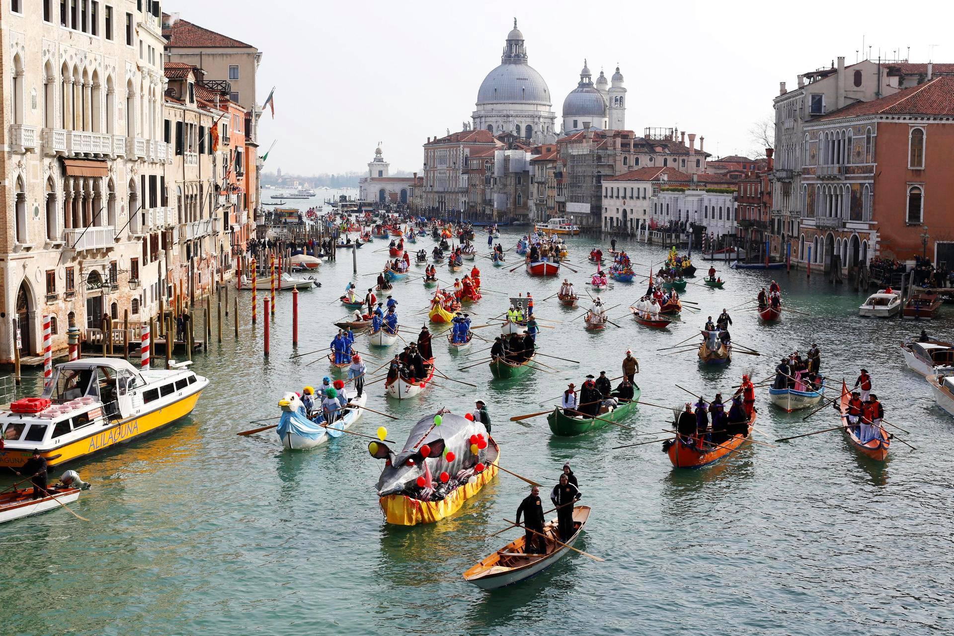 Venetsialaiset juhlivat karnevaalia Canal Grande -kanavalla.