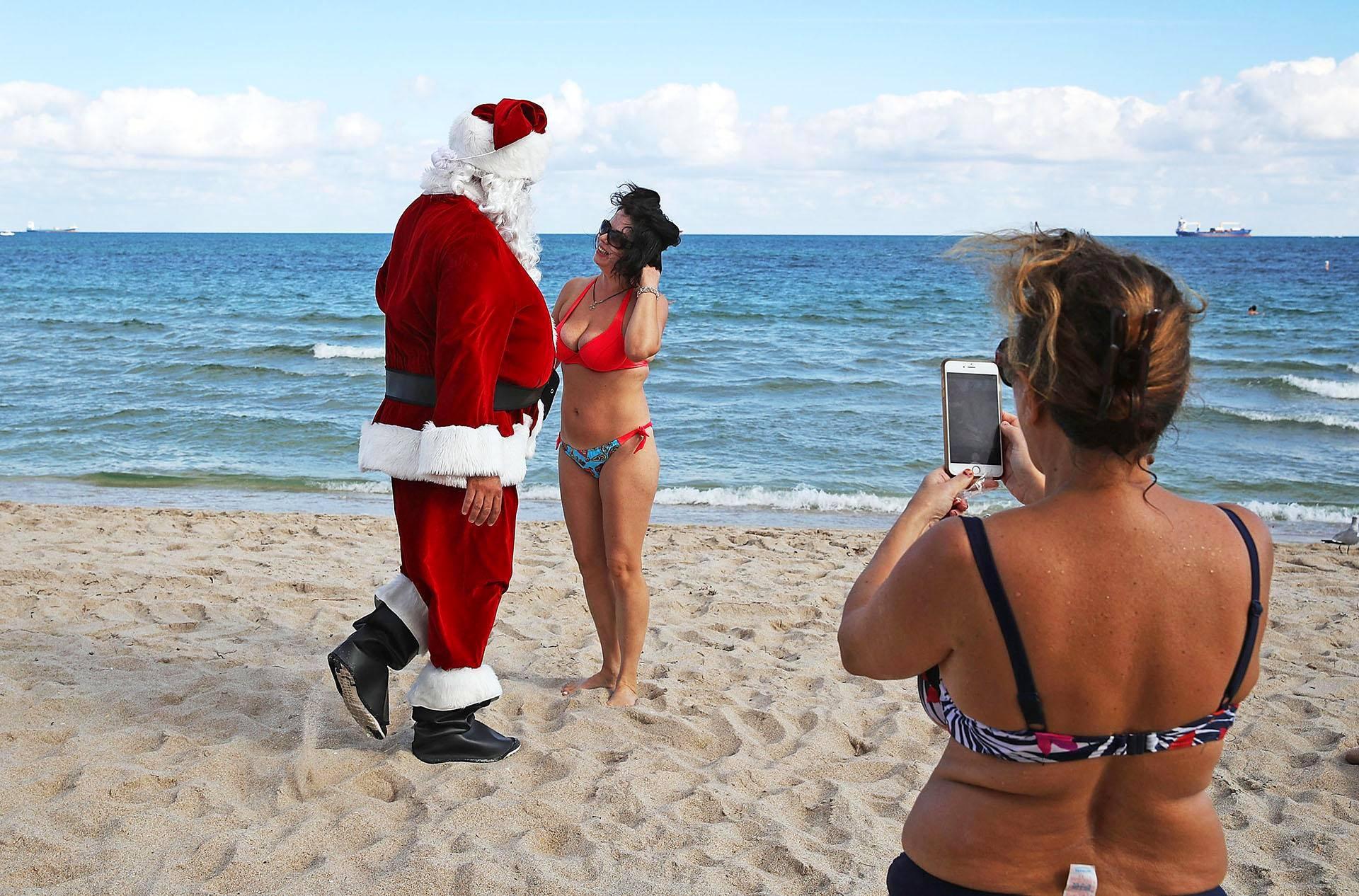 Bikiniasuinen Tereza Boyarska tervehti joulupukkia Floridan Fort Lauderdalen hiekkarannalla.
