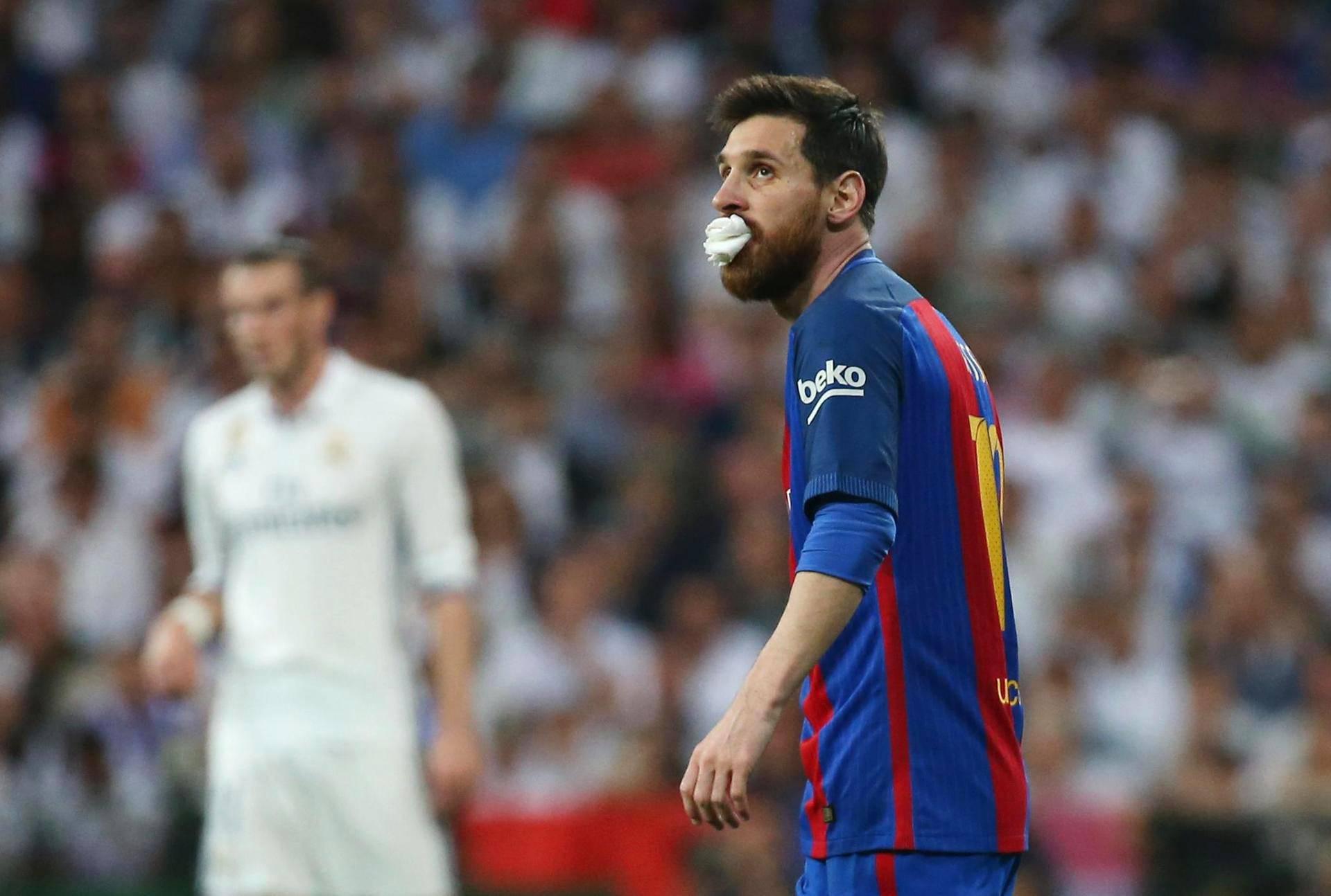 Barcelonan pelaaja Lionel Messi pelasi osan ottelua paperitupon kanssa. Brasilialaispuolustaja Marcelon kyynärpää osui häntä suuhun.