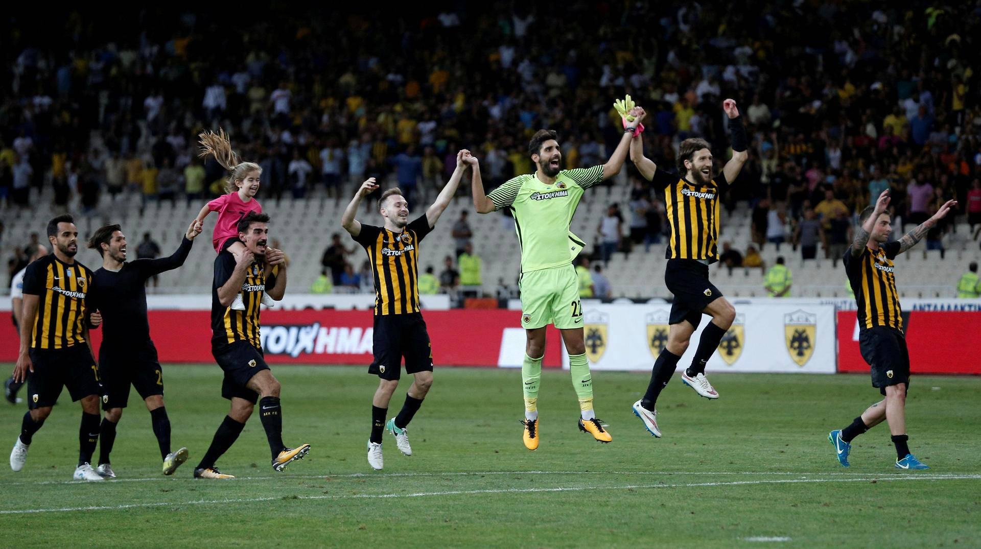 AEK Ateenan pelaajat juhlivat Club Bruggea vastaan pelatun Eurooppa-liigan ottelun jälkeen Ateenassa.