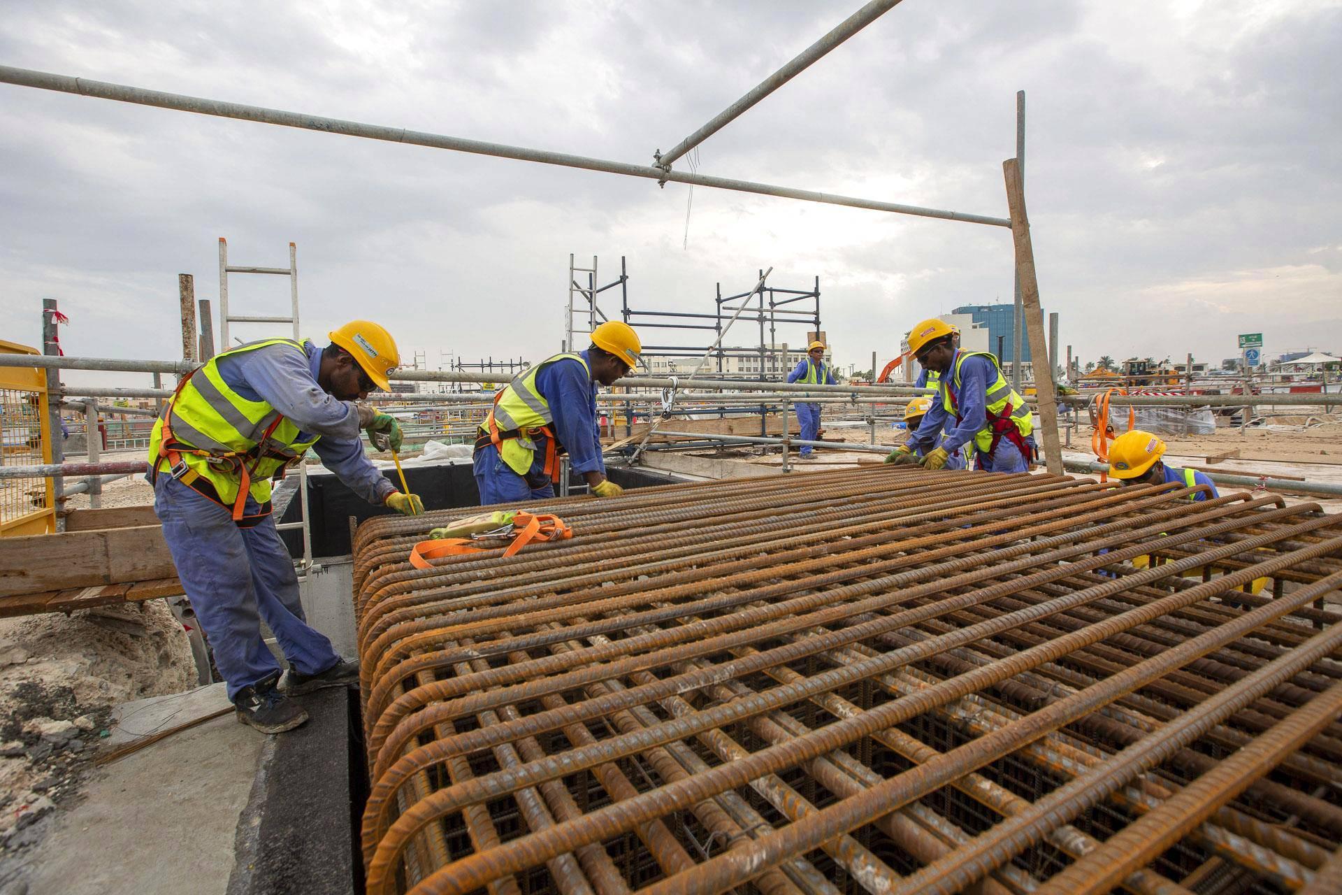 Qatarissa on liian kuuma jalkapalloilijoille, mutta ei stadionien rakentajille: 60 tunnin työviikko puurretaa