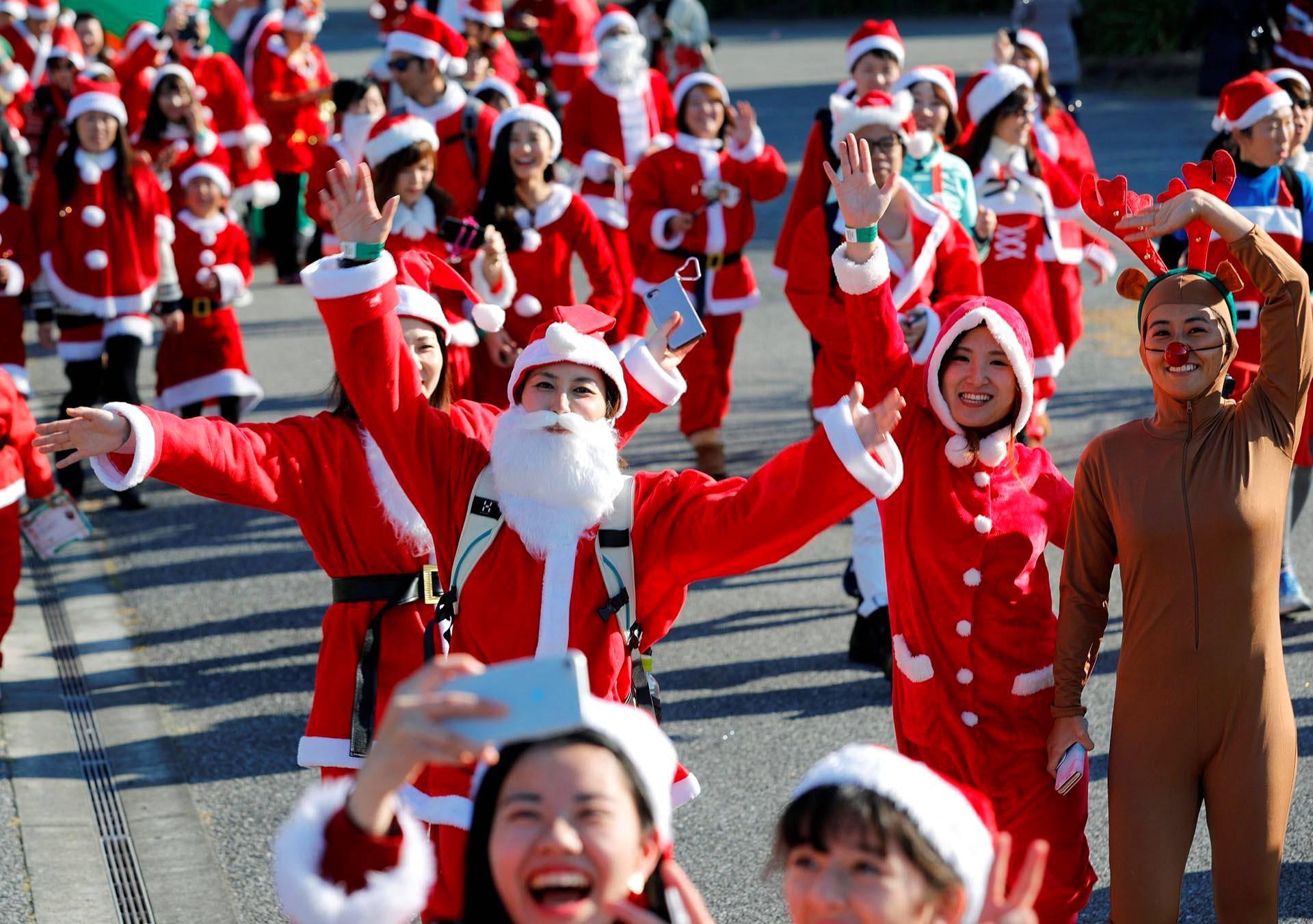 Tokion joulupukkijuoksun osallistujat vilkuttivat kameralle.