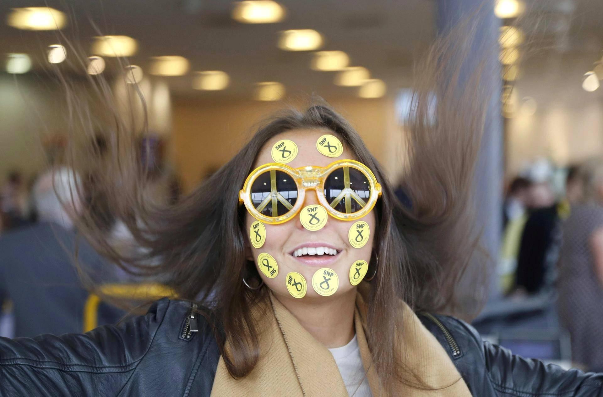 Nainen oli peittänyt kasvonsa tarroilla osallistuessaan skottilaisen kansallispuolueen SNP:n kokoukseen Aberdeenissa perjantaina.
