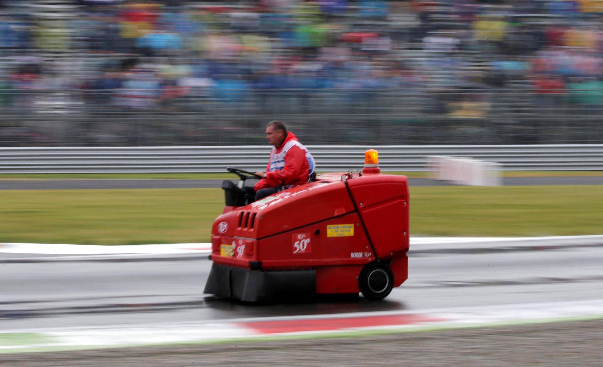 Lakaisukone hurjastelee Monzan moottoriradalla lauantaina, kun formula 1 -ajojen kilparataa puhdistettiin sadevedestä, jotta aika-ajot saatiin ajettua turvallisesti.