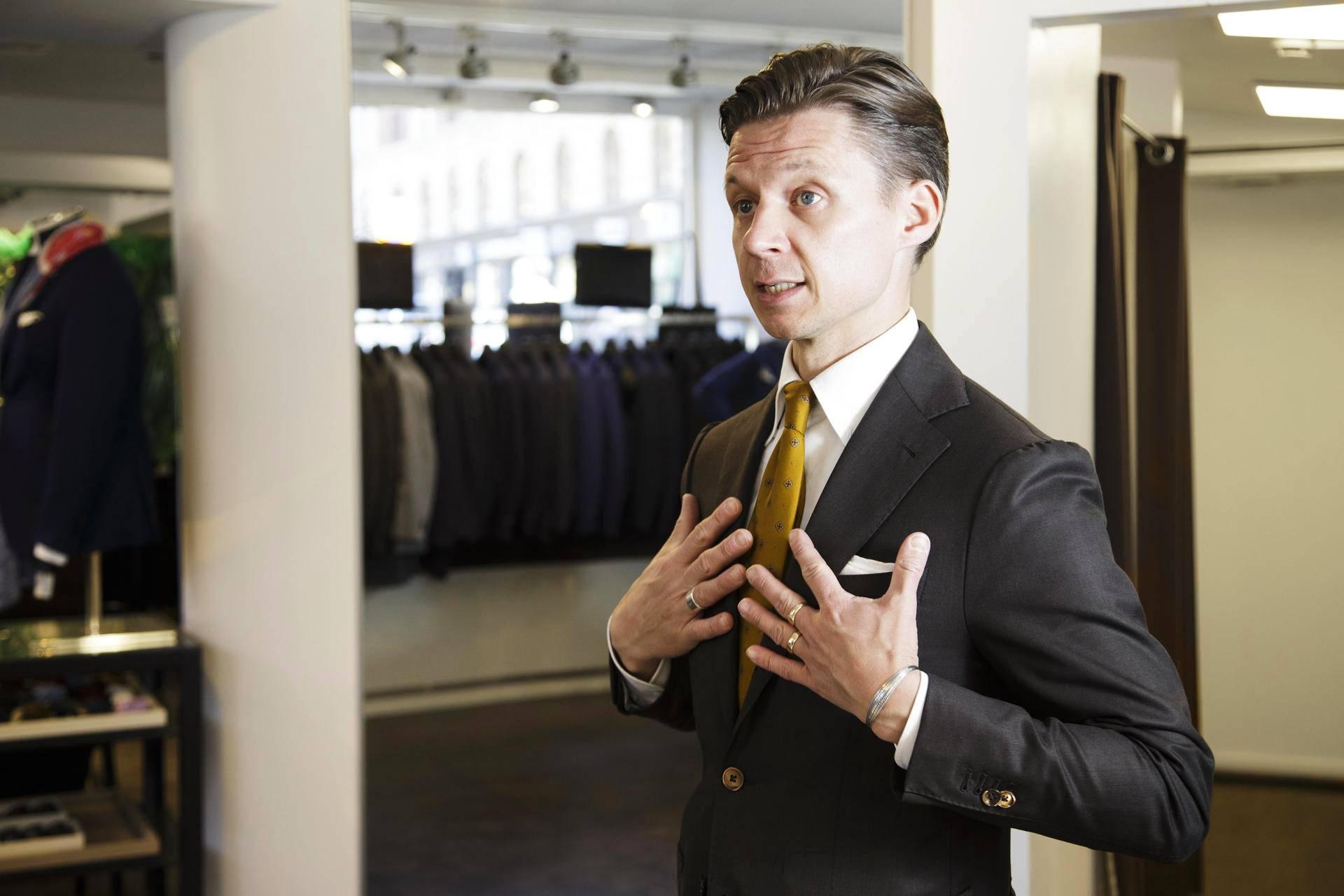 """Vaatturi Tuomo Pynttäri neuvoo keskustelemaan pukuostoksilla aina myyjän kanssa. """"Ammattitaitoinen myyjä osaa suositella kuhunkin käyttötarkoitukseen sopivaa pukua."""""""