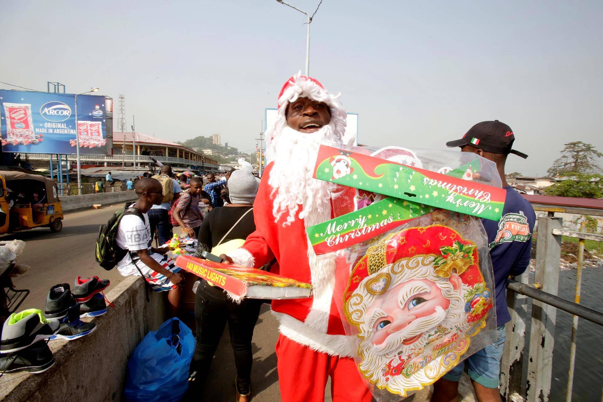 Joulupukki myi joulukoristeita Liberian pääkaupunki Monroviassa.