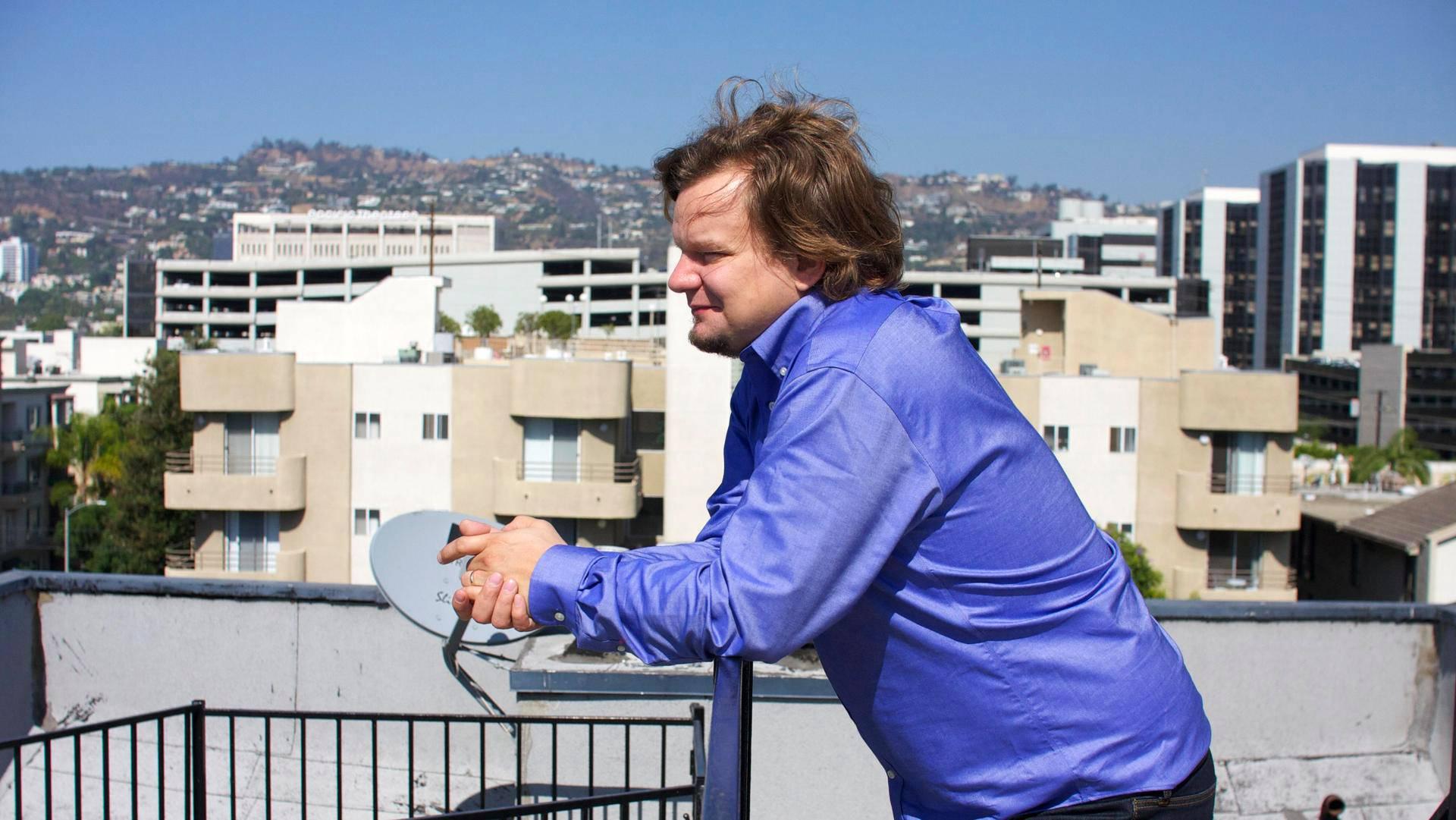 Ismo Leikola asuu vaimonsa ja koiransa kanssa Länsi-Hollywoodissa kerrostalossa, jossa on talon yhteinen kattoterassi.