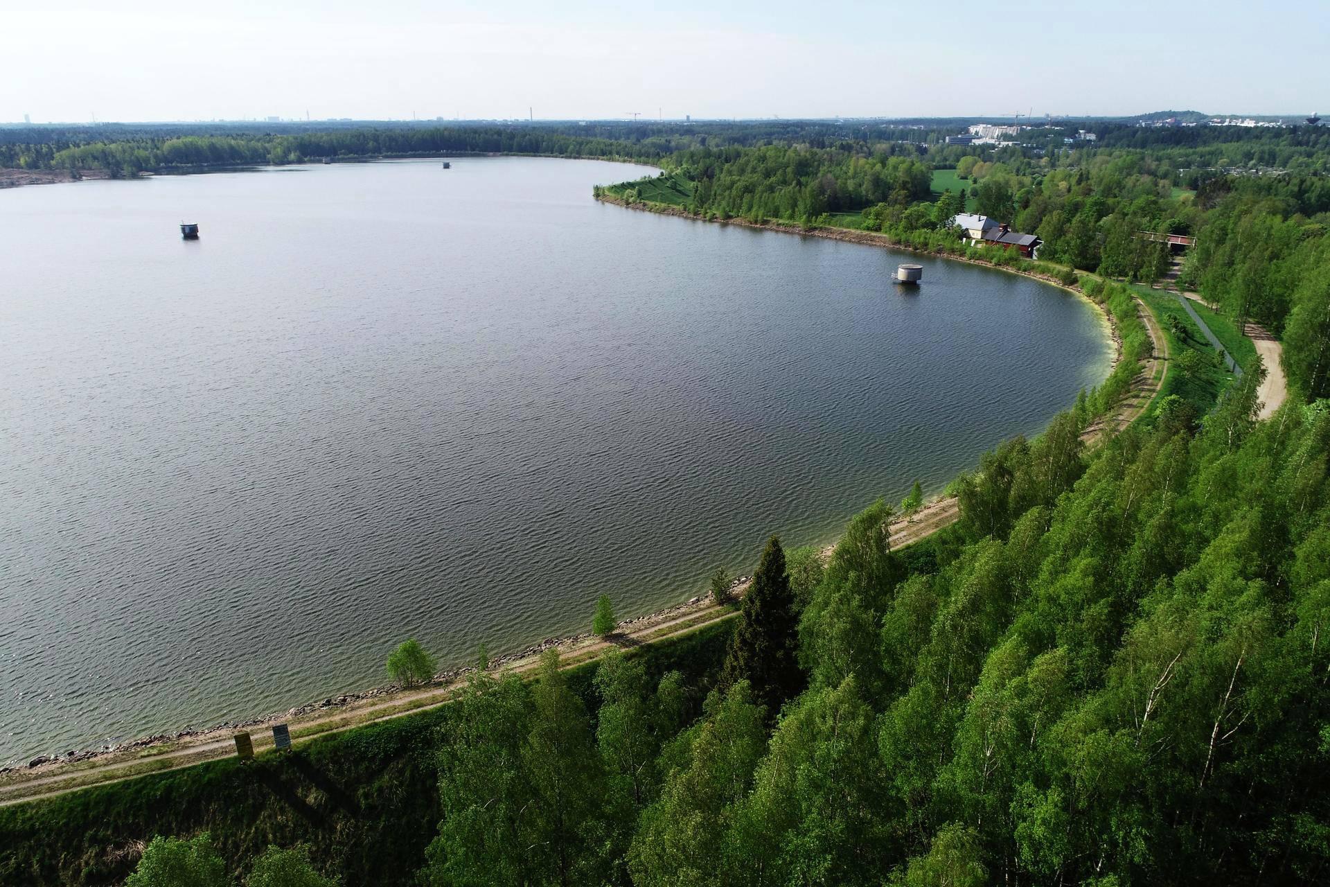 Silvolan tekojärveä kiertää maavalli, jonka takaa eivät ulkopuoliset järvelle näe.