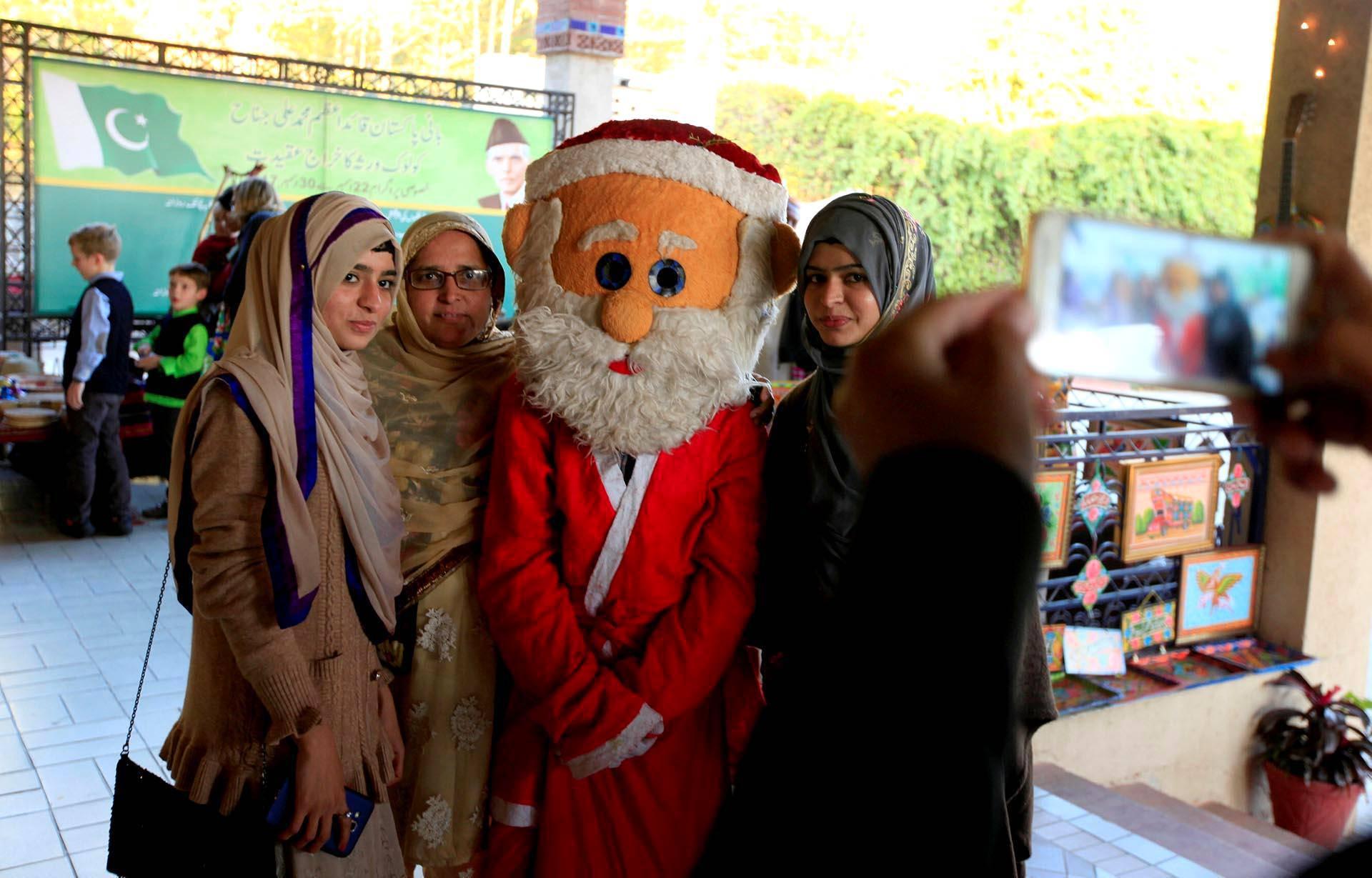 Pakistanin Islamabadissa naiset halusivat yhteiskuvaan joulupukin kanssa.