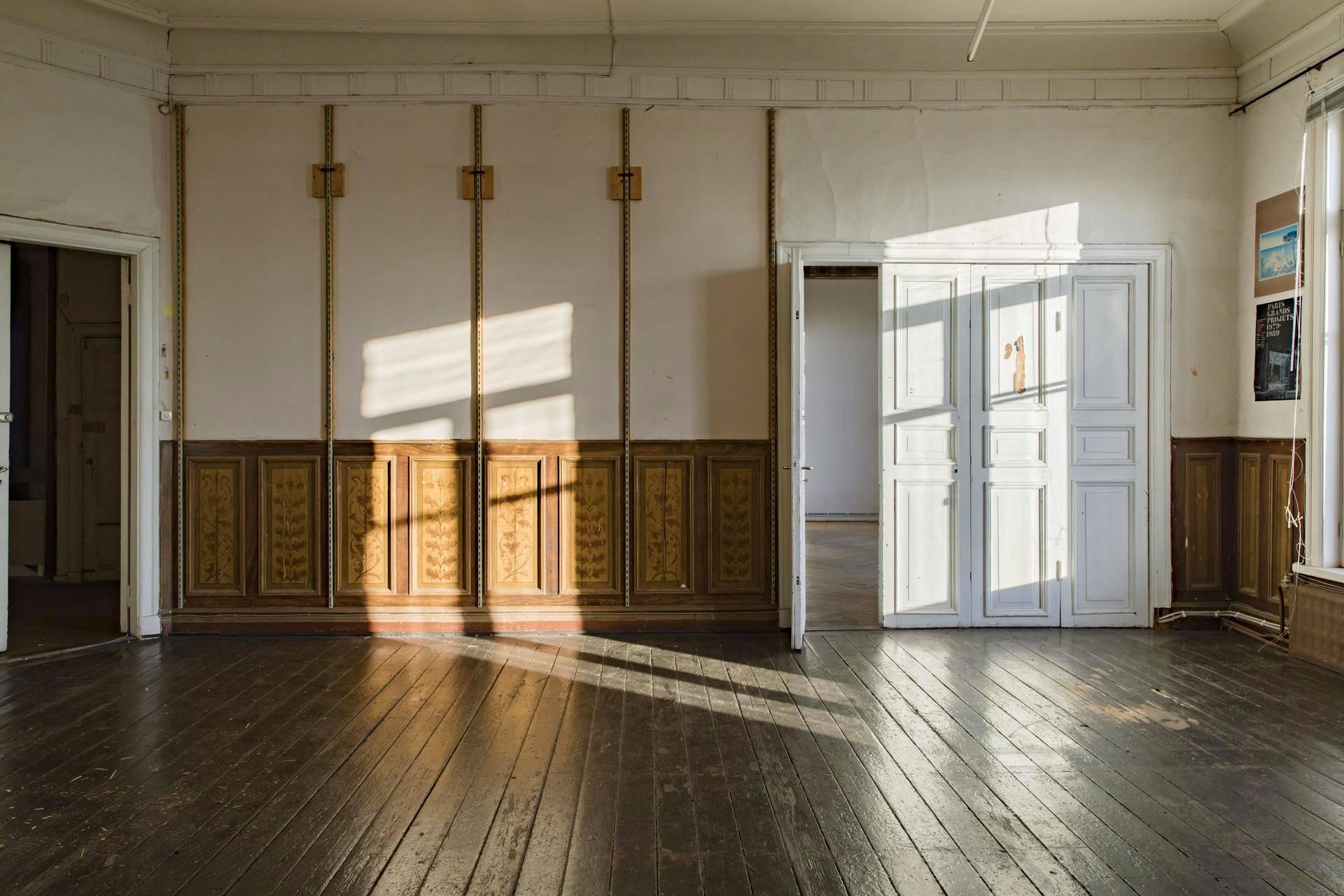 Puistokatu 4:n kahdessa entisessä asuinkerroksessa jotkin salit ovat toisia paremmin säilyneitä. Saleissa ovat aiempina vuosina toimineet muun muassa Ruotsinkielinen yhteiskoulu ja Ranskalainen koulu., sekä viimeisimpänä Suomen arkkitehtuurimuseo.