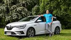 Tuotepäällikkö Tuomas Erma ja Renault Megane Sport Tourer E-Tech Plug-in hybrid Intens.